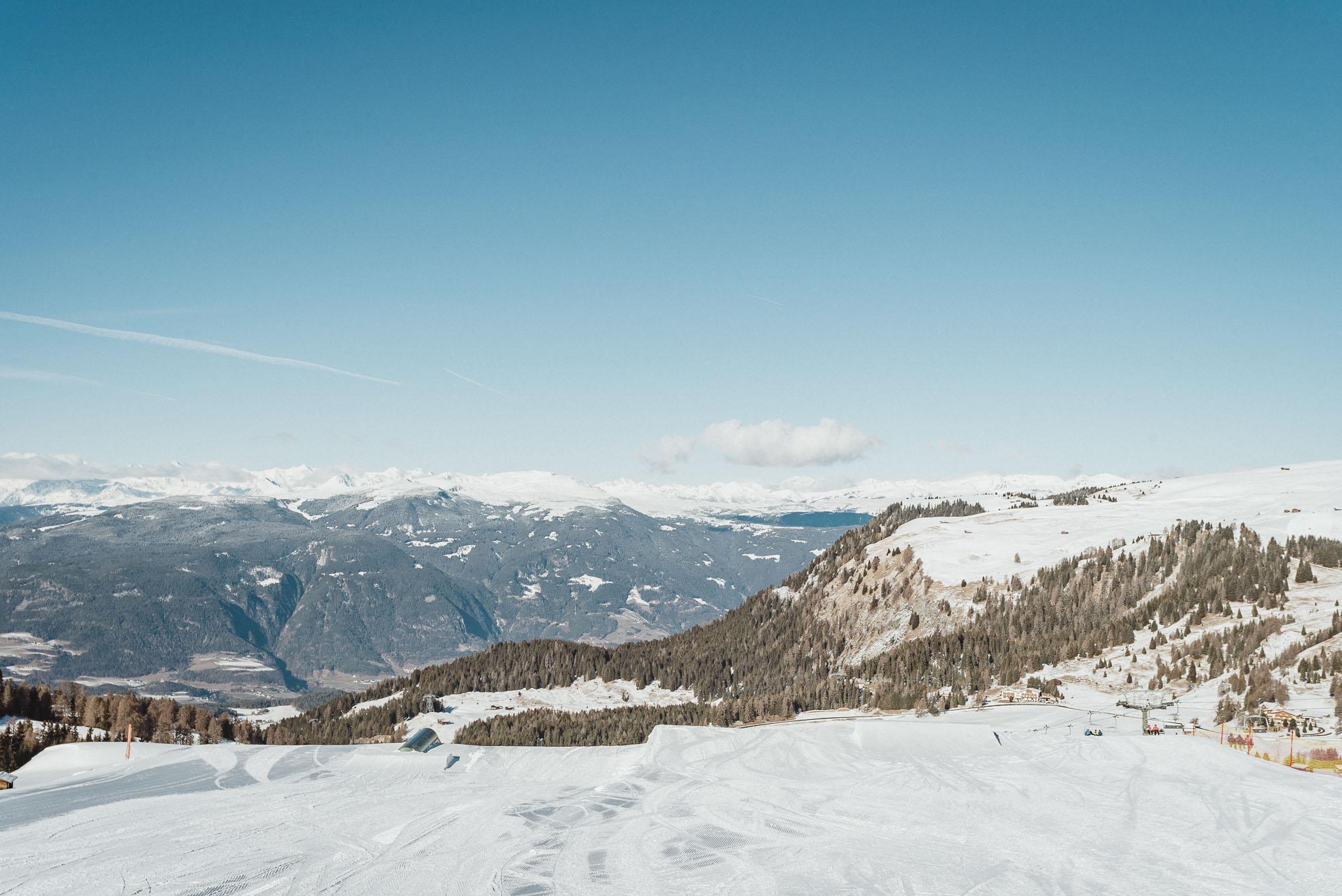 Nach einer ersten Hip, einem Straight Rail sowie einem Wave Run wartet ein Elbow Kinked Rail sowie Easy Kicker auf die Besucher im Snowpark Seiser Alm.
