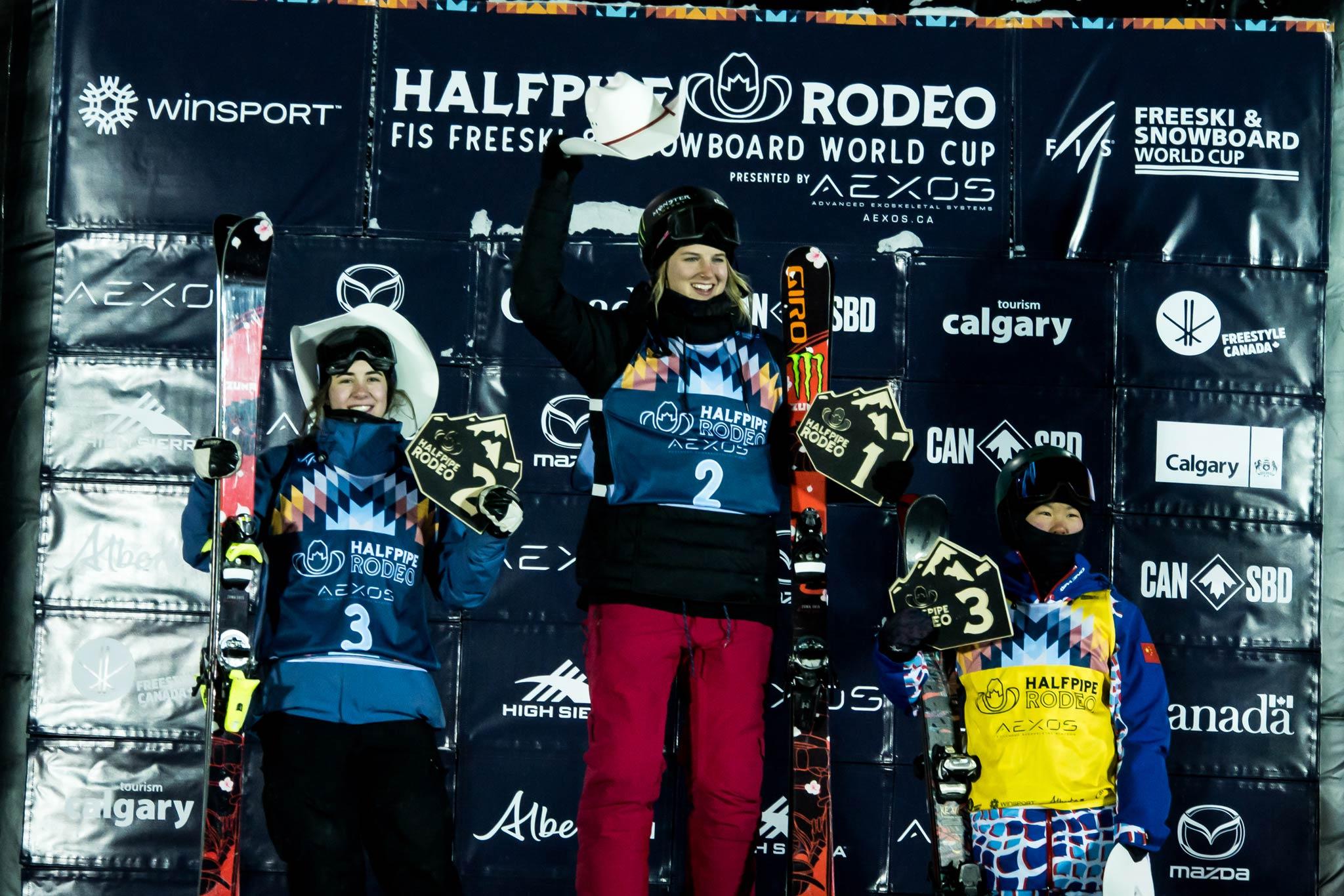 Die drei besten Frauen beim FIS Freestyle Halfpipe World Cup in Calgary: Rachael Karker (CAN), Cassie Sharpe (CAN), Zhang Kexin (CHN) Foto: Mateusz Kielpinski / FIS