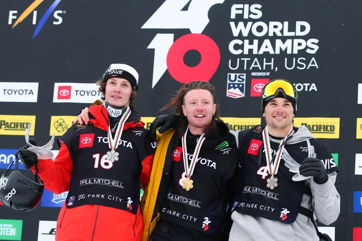 Der neue FIS Freeski Slopestyle Weltmeister heißt James Woods (mitte, UK). Silber geht an Birk Ruud (links, NOR), Bronze an Nick Goepper (rechts, USA) - Foto: FIS Freestyle