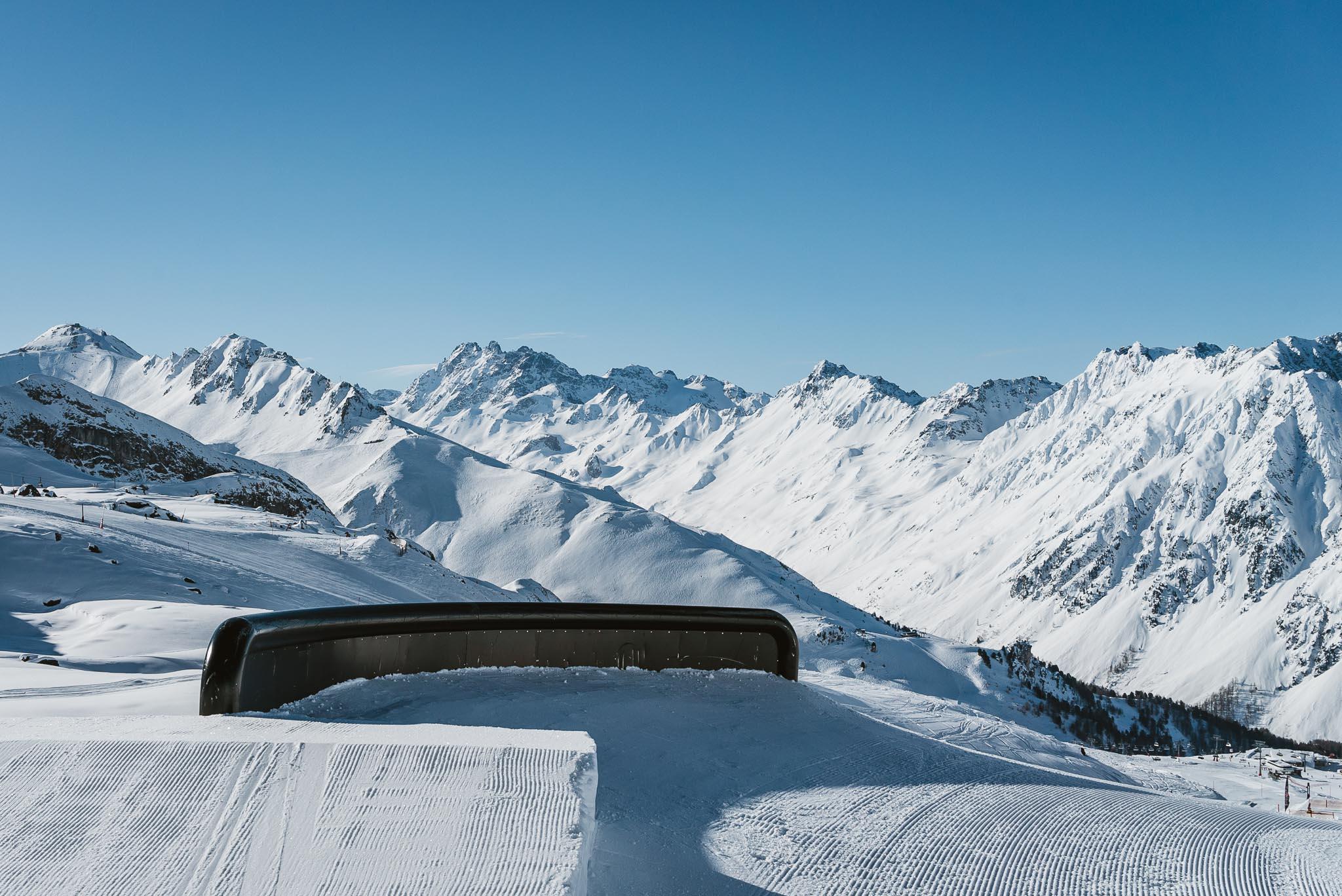 Dieses ausgewachsene C Rail ist das erste Feature für fortgeschrittene Fahrer im Ischgl Snowpark.