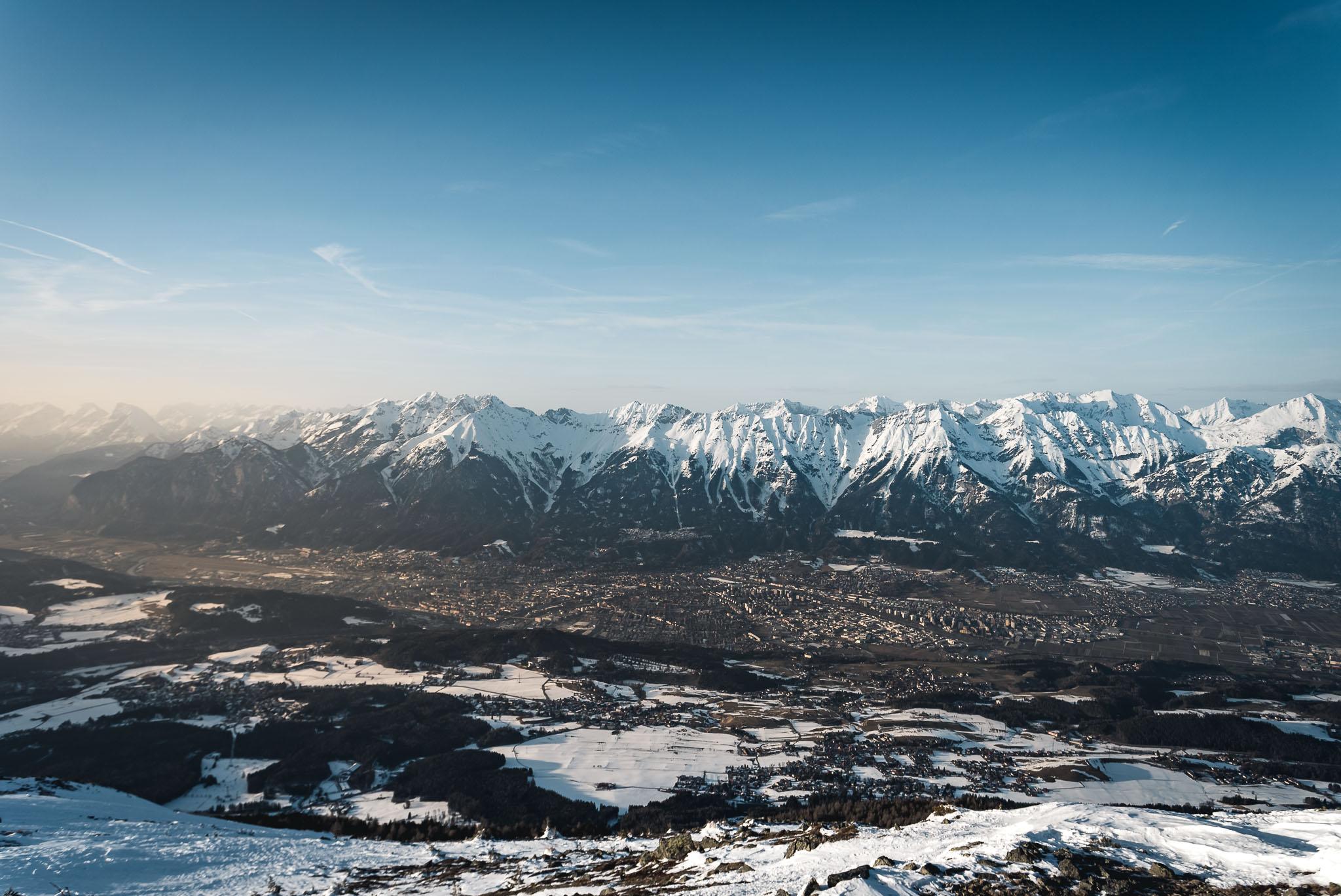 Blick vom Gipfel des Patscherkofels auf 2.248 Metern auf das Inntal / Innsbruck.