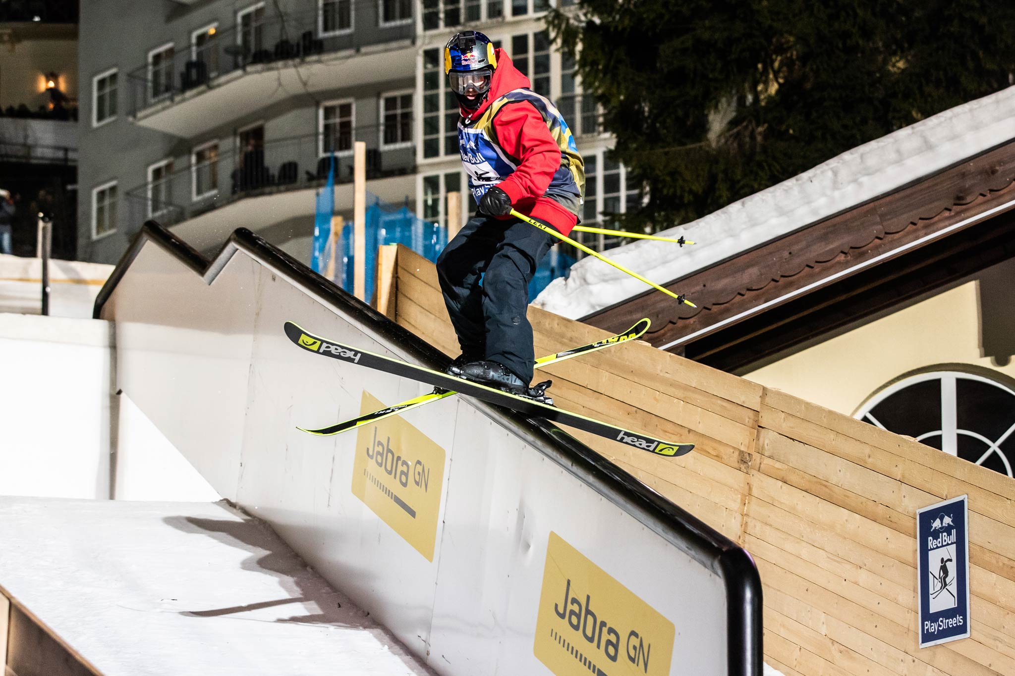 Der Kurs mit teilweise massiv hohen Rails verlangte den Athleten alles ab - Rider: Jesper Tjäder - Foto: Red Bull Conten Pool