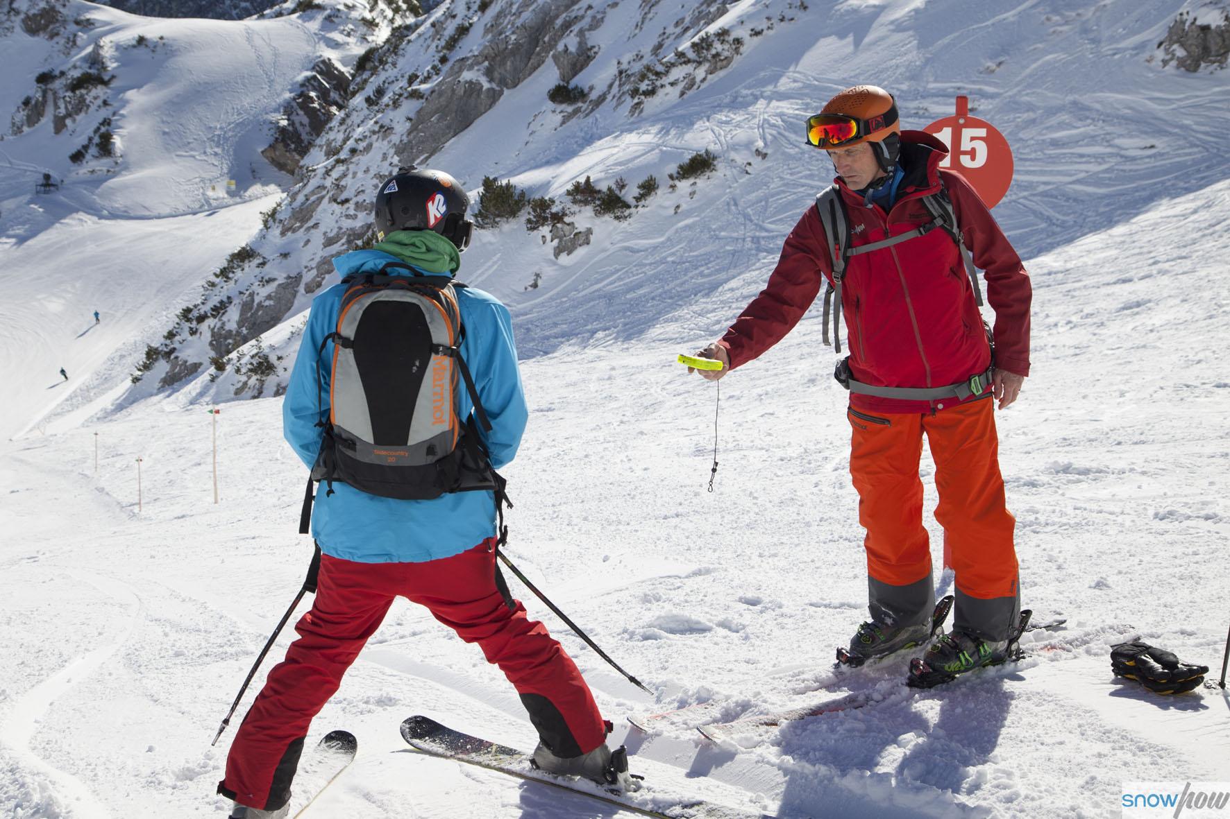 Bei den SnowHow Kursen lernt man den gezielten Umgang mit Schaufel, Sonde und LVS Gerät / Fotocredit: Klaus Kranebitter