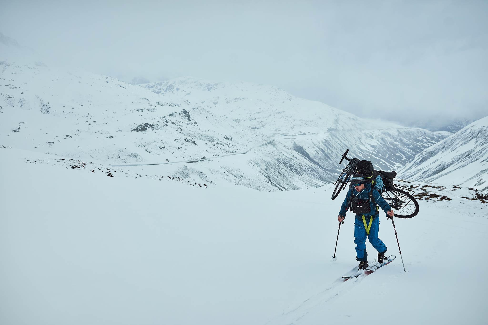 ... auf Ski mit dem Bike auf dem Rücken - Foto: Jochen Mesle