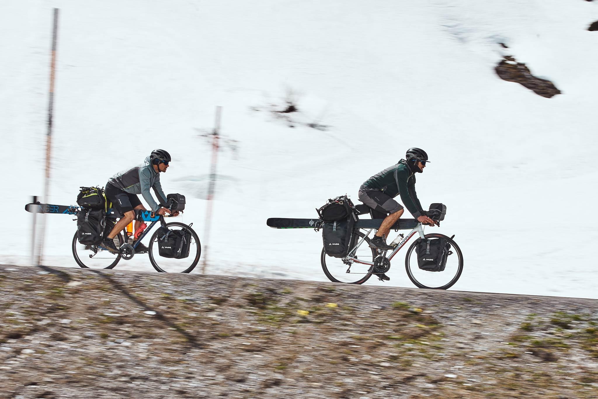Max und Jochen bewegten sich auf ihren Trip ausschließlich mit menschlicher Kraft fort. Entweder auf dem Bike mit den Ski an die Seite gespannt oder ... - Foto: Philipp Becker