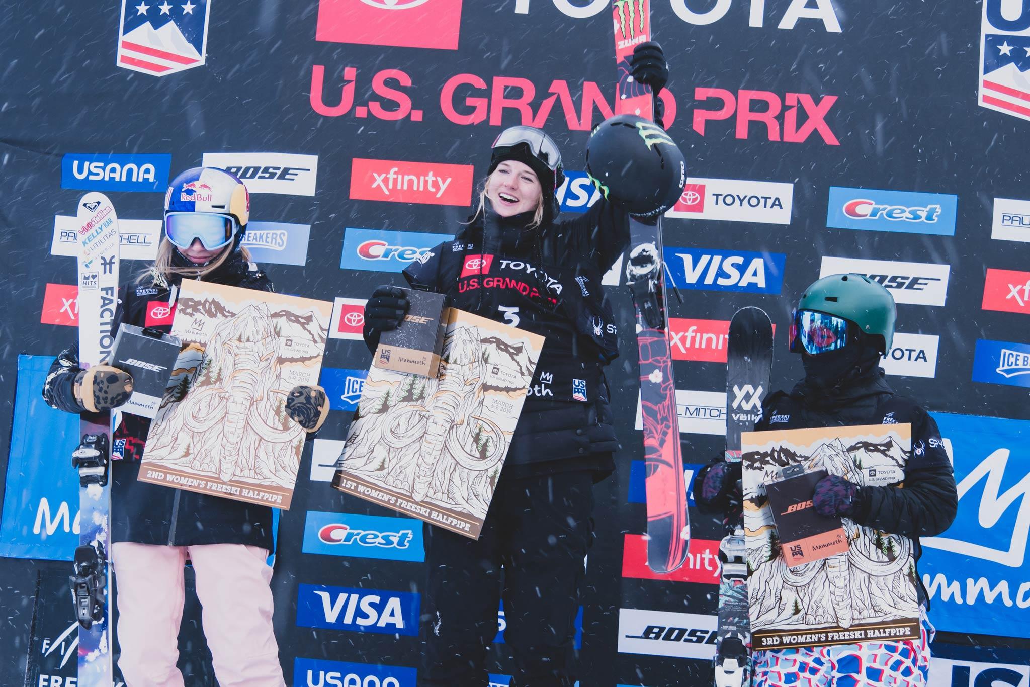 Die drei besten Frauen beim FIS Freestyle Halfpipe World Cup 18/19 in Mammoth Mountain (USA): Kelly Sildaru (EST), Cassie Sharpe (CAN), Kexin Zhang (CHN) – Foto: FIS Freestyle