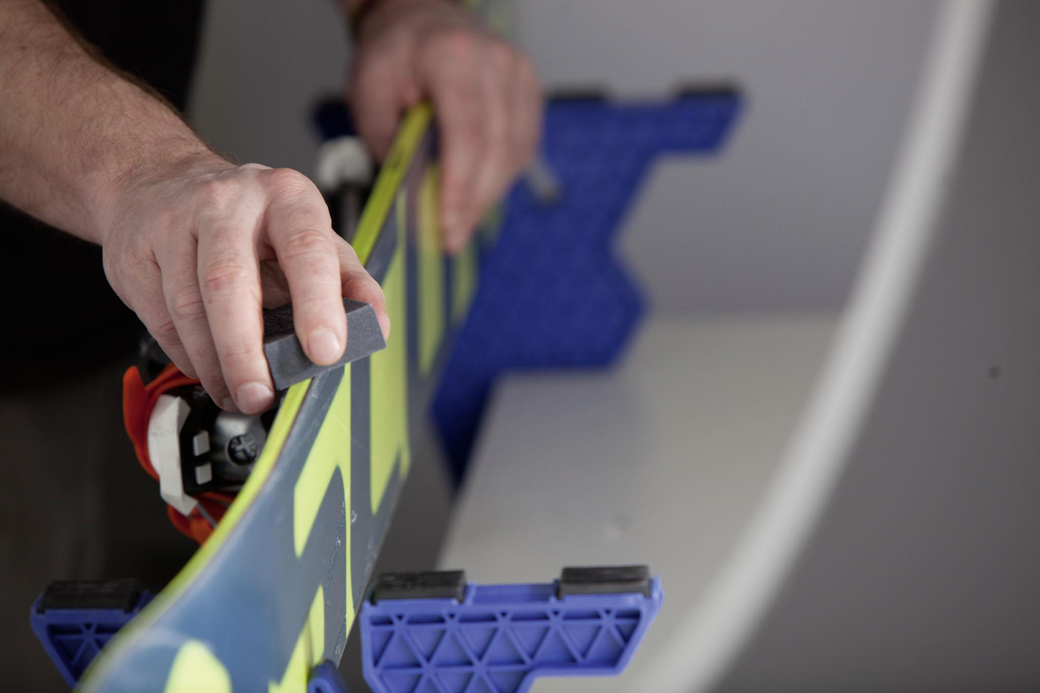 Ein Schleifgummi ist am besten für das Abschwächen der Kanten an Tip und Tail geeignet.