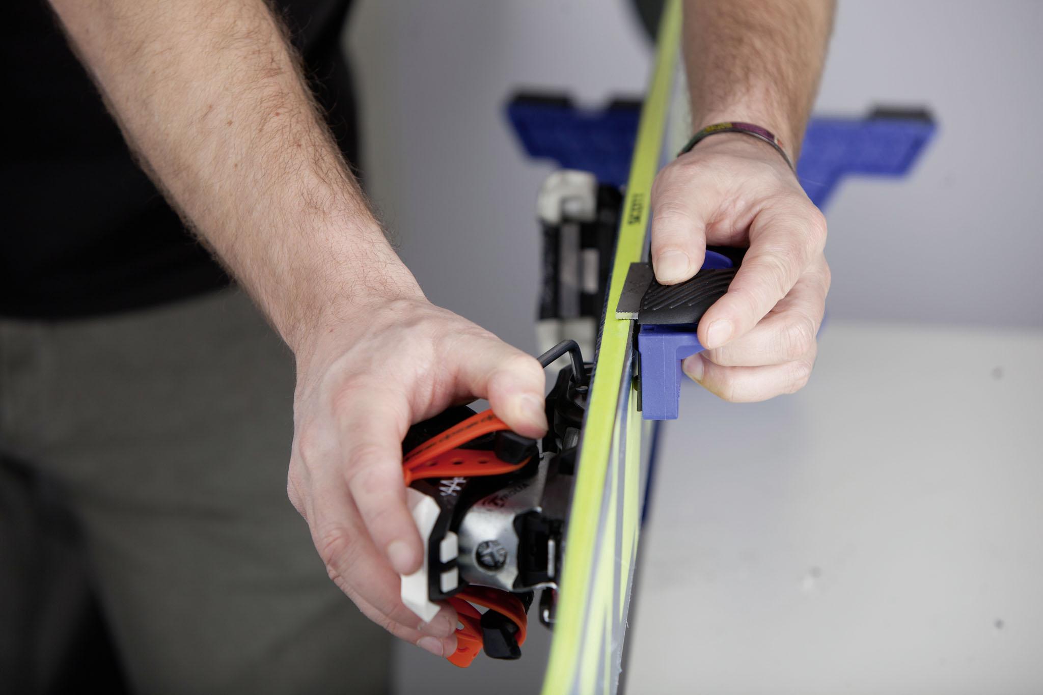 Für das Schleifen der Skikante empfehlen wir ein passendes Tool, da der Winkel mit 88 bis 90 Grad sehr genau eingestellt werden muss, ansonsten droht ein Verlust der sonst guten Fahrperformance eures Skis.