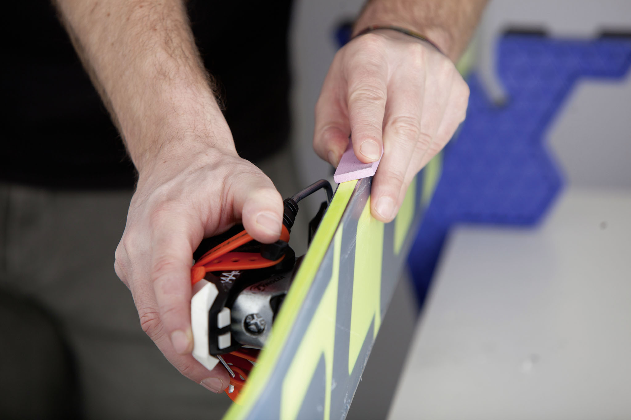 Mit dem jeweils richtigen Werkzeug gehen viele Arbeiten leichter von der Hand. Für das Lösen von Rost sowie Verhärtungen ist ein Aluoxidstein am besten geeignet.