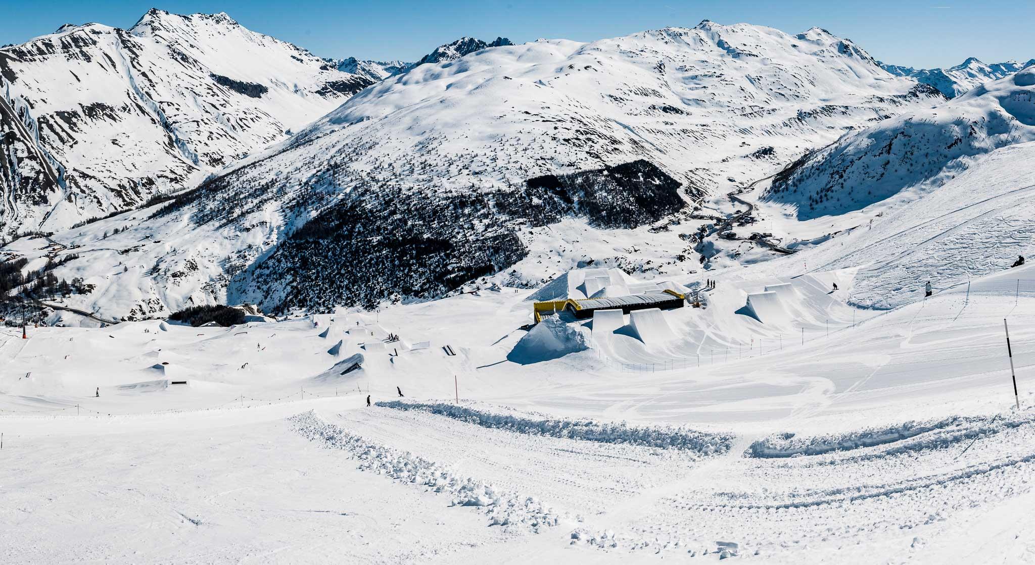 Der Blick von oben auf den Snowpark Livigno: links die Jib Line, daneben eine Easy Kicker Line, der Airbag für die Profis (nicht öffentlich) und die Pro Kickerline ganz rechts.