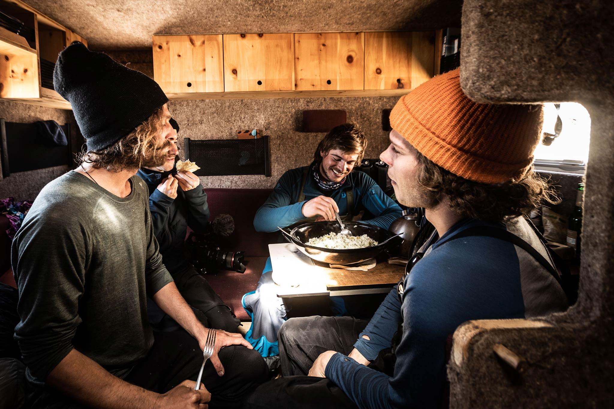 Im inneren des Snowmads Van - Foto: NINE&ONE / Florian Breitenberger