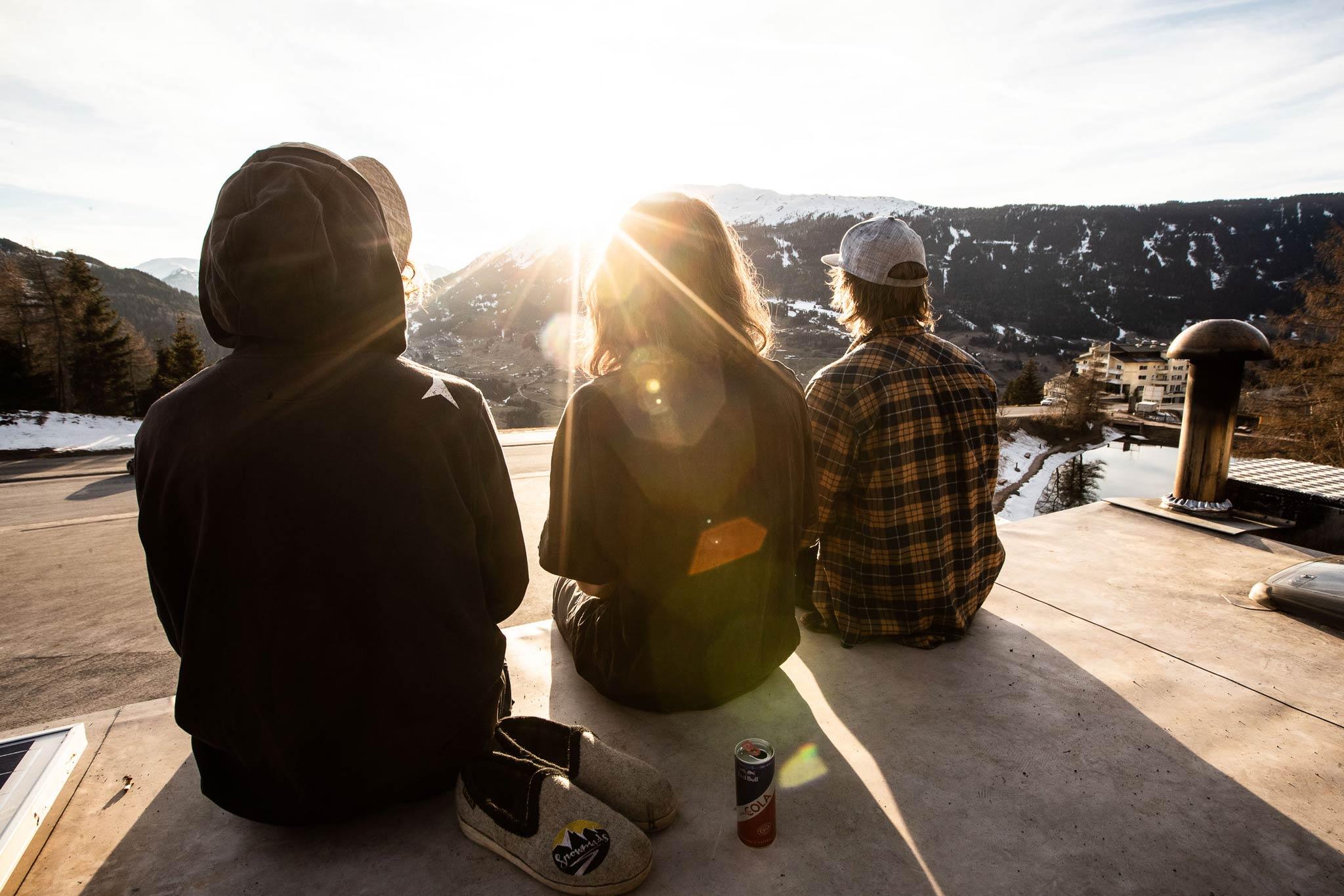 Auf dem Dach des Snowmad Vans - Foto: NINE&ONE / Florian Breitenberger
