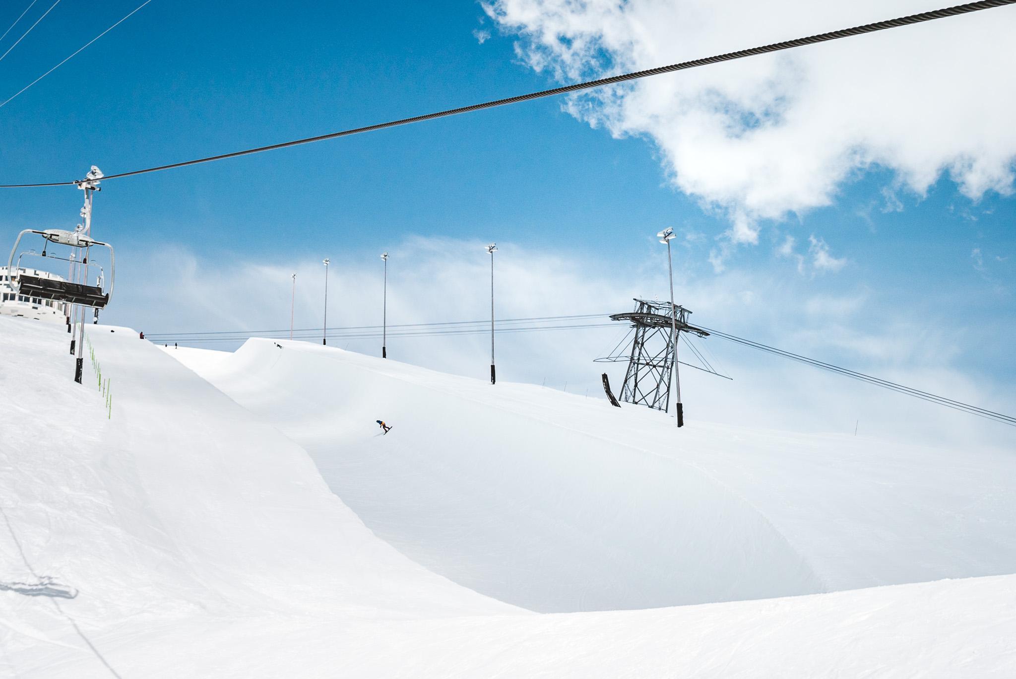 Direkt unterhalb des NoName Cafes wartet eine massive Superpipe auf die Besucher des Snowpark Laax.