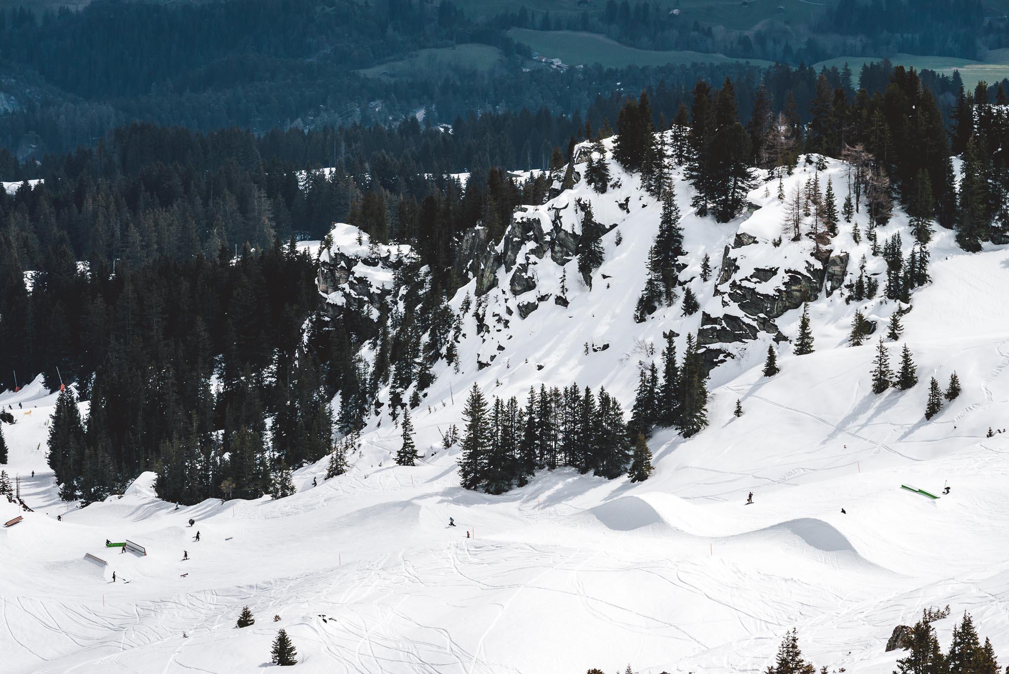 Der untere Teil des Snowparks P60 in der Übersicht: Turbo Knuckle, Boxen, Rails und vieles mehr.