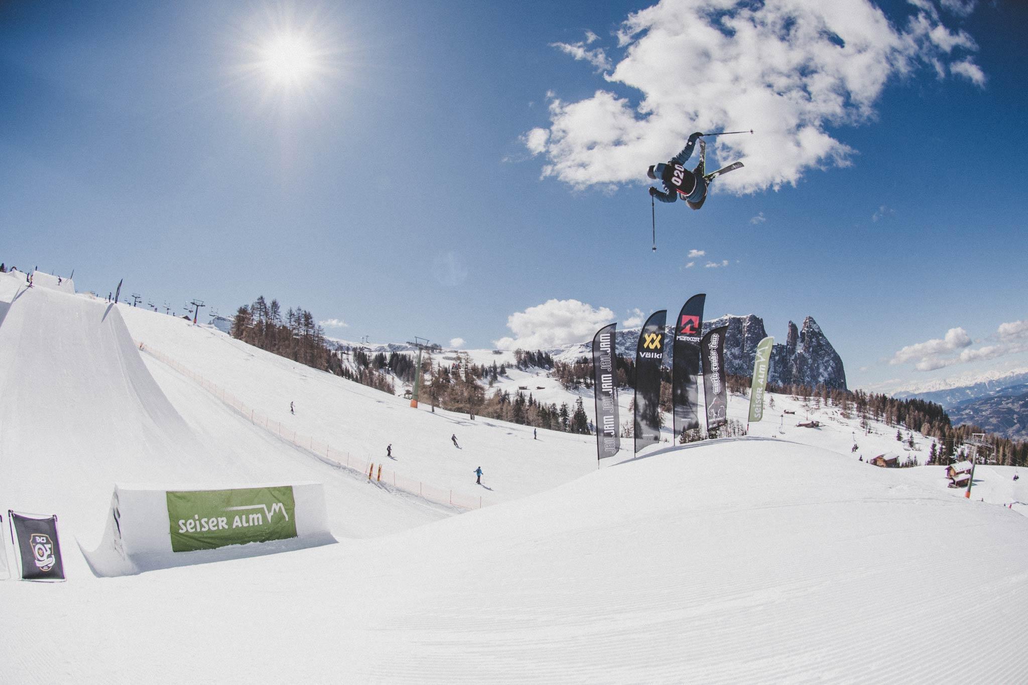 Die jungen Freeskier boten im Rahmen der Freeski World Rookie Tour eine ansehnliche Show beim Finale im Snowpark auf der Seiser Alm - Foto: Ania Grzelka
