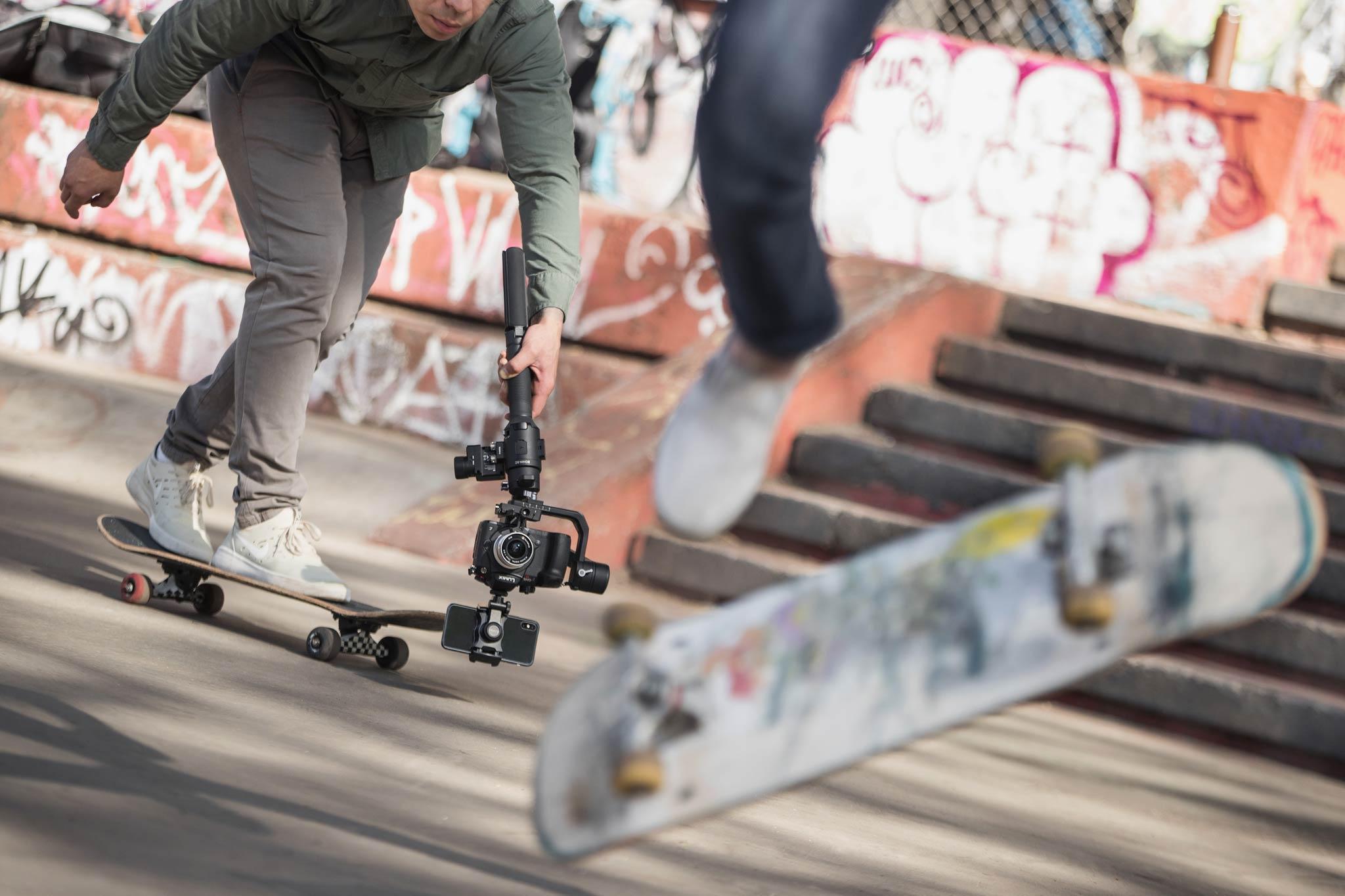 Durch die Möglichkeit den Gimbal umgedreht zu benutzen, kann man aus einem tiefen Blickwinkel filmen. Perfekt fürs Skaten oder Aufnahmen im Snowpark. - Bild: DJI