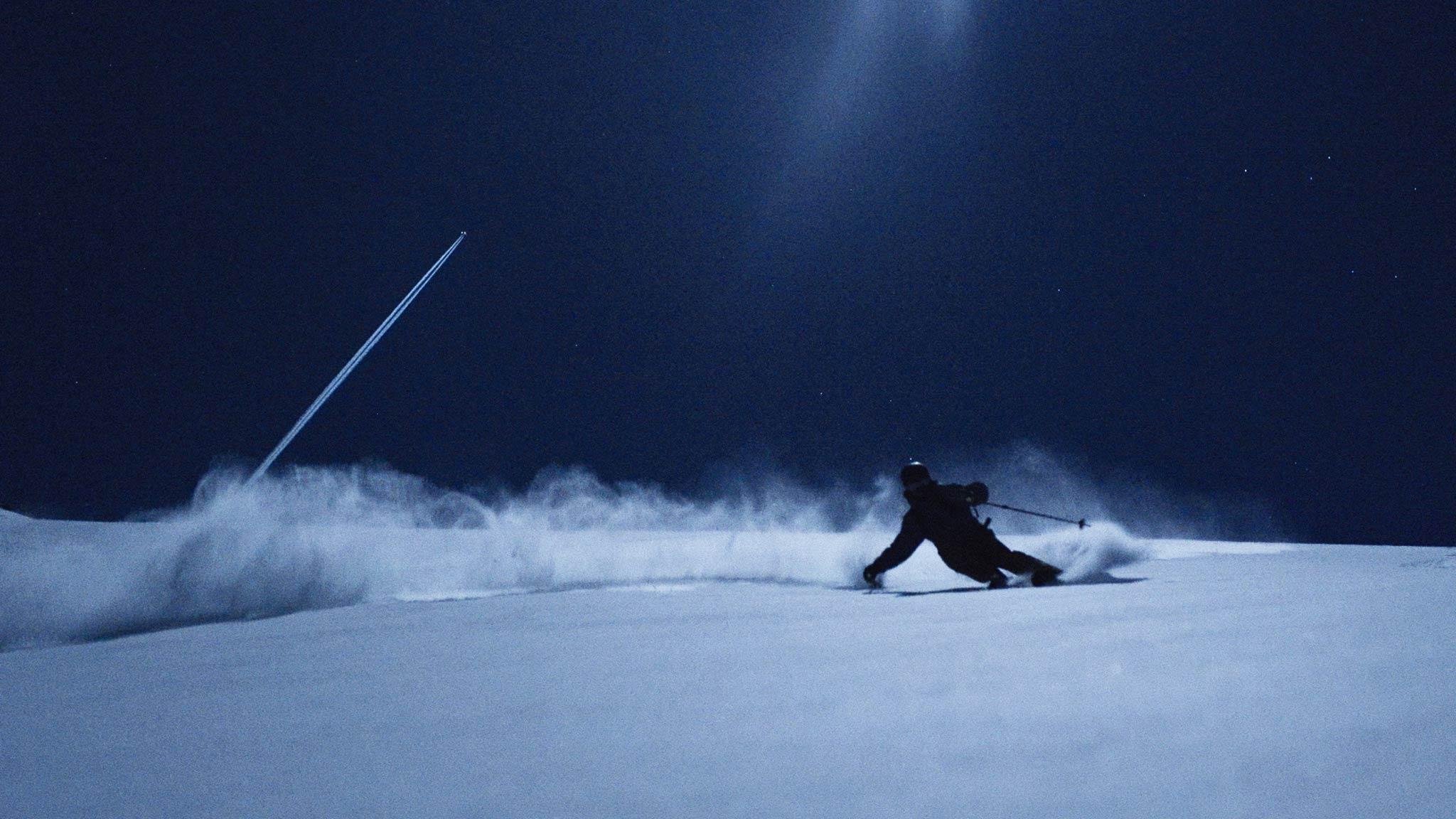 """Auf """"Eis & Palmen"""" folgt """"Full Moon"""". Max Kroneck und Jochen Mesle ziehen ihre Lines unter dem Licht des Vollmondes in den Schnee."""