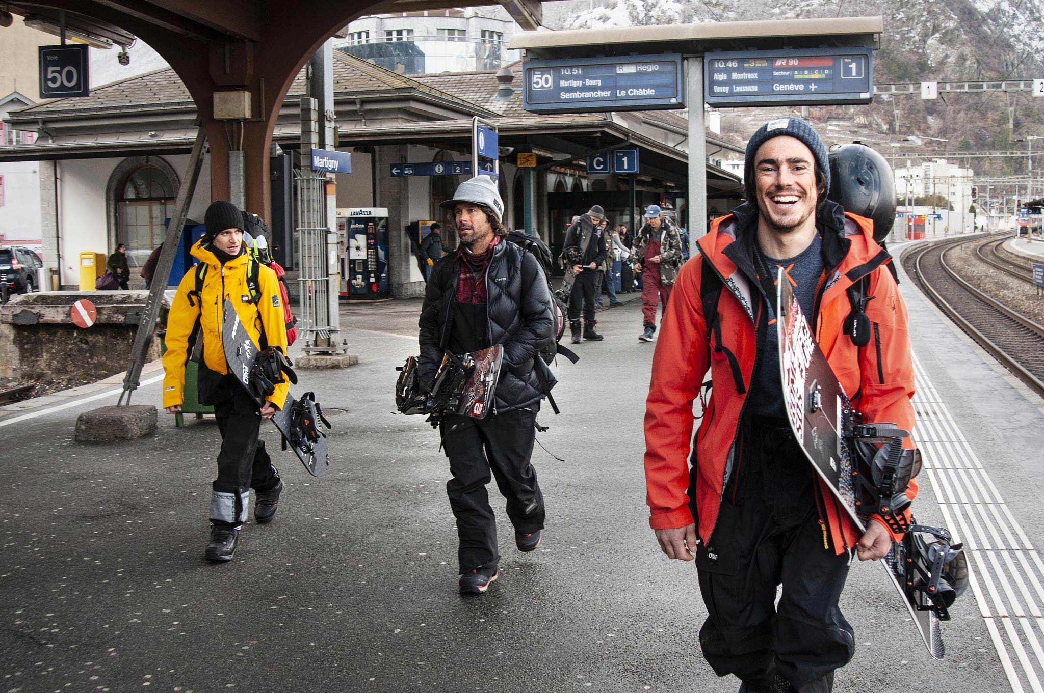 """Jeremy Jones (Mitte), Snowboard Legende und Gründer der NGO Protect Our Winters (POW), ist in """"Shelter"""" ebenfalls mit an Board und reist ausschließlich mit öffentliche Verkehrsmittel zusammen mit Mat Schaer sowie weiteren Freunden aus der Schweiz durch die Alpen. - Foto: Jérôme Tanon"""
