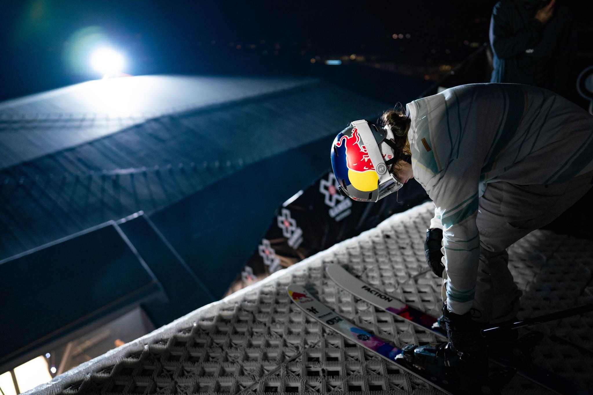 Der Dropin war beim Big Air Contest in Oslo eine besondere Herausforderung: Er reichte über das Dach des Stadions hinaus. Beim Start am höchsten Punkt der Rampe konnten die Rider den Absprung nicht sehen. Rider: Mathilde Gremaud - Foto: Red Bull Content Pool