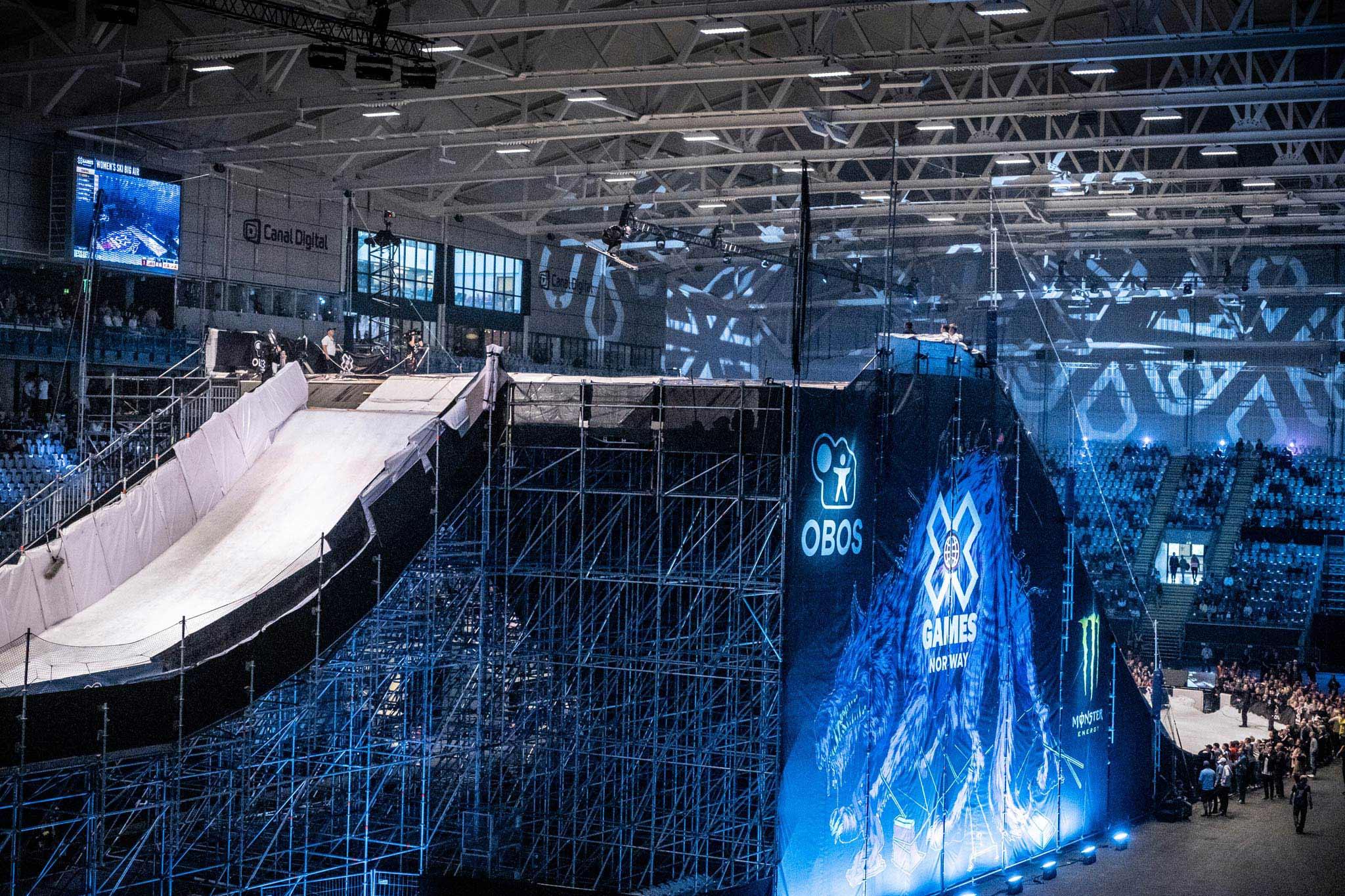 Für den Big Air Contests baute Schneestern eine massive Rampe in das Indoor-Stadium in Oslo. - Foto: Red Bull Content Pool