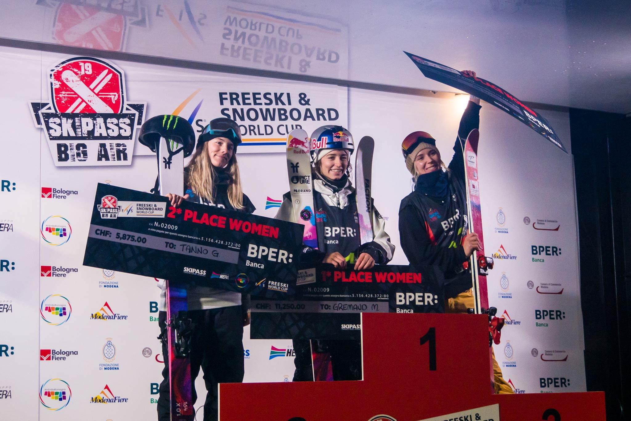 Die drei besten Frauen beim FIS Freeyle Big Air Contest in Modena, Italien (2019): Giulia Tanno (SUI), Mathilde Gremaud (SUI), Dara Howell (CAN)