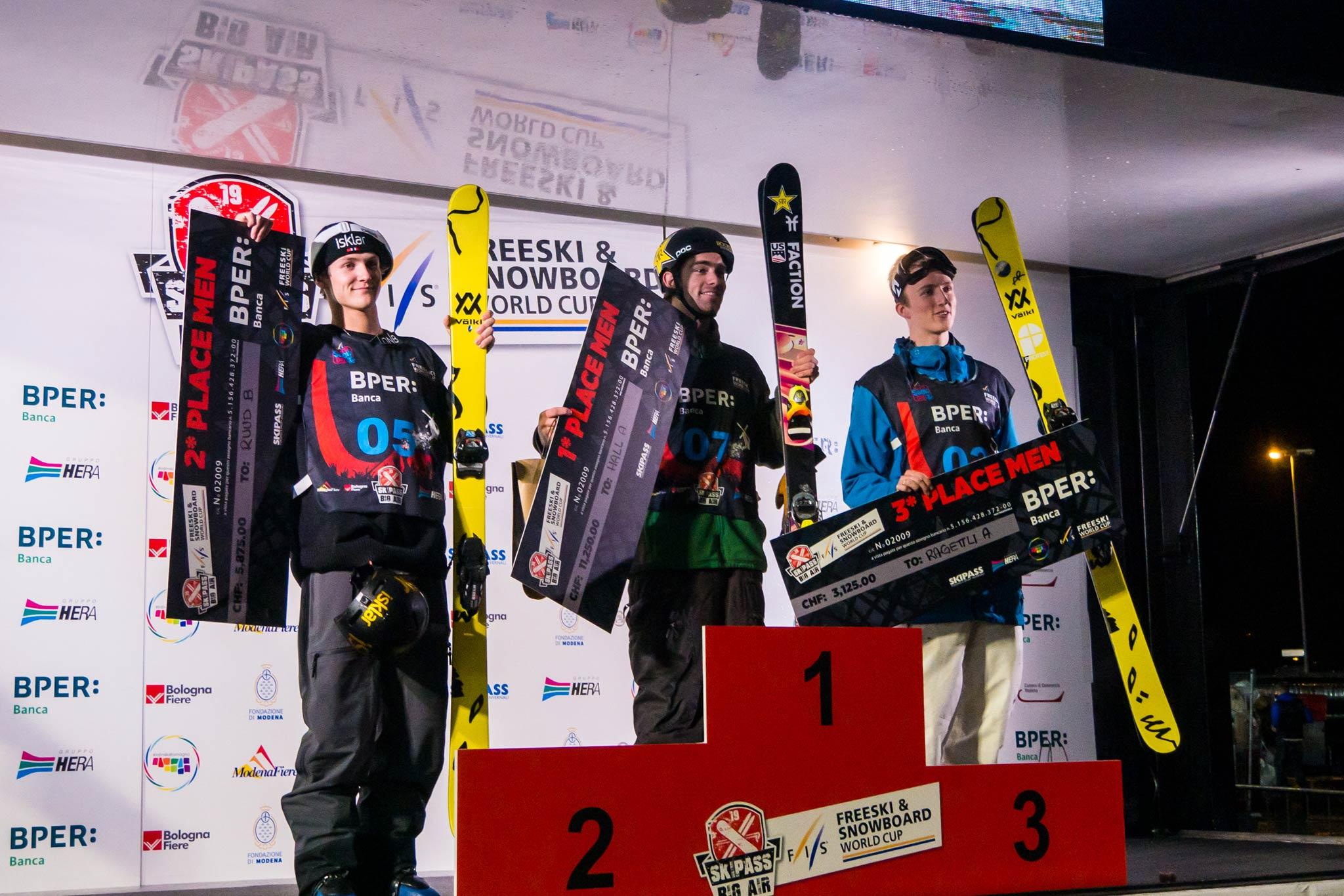 Die drei besten Männer beim FIS Freestyle Big Air Weltcup in Modena, Italien (2019): Birk Ruud (NOR), Alex Hall (USA), Andri Ragettli (SUI)