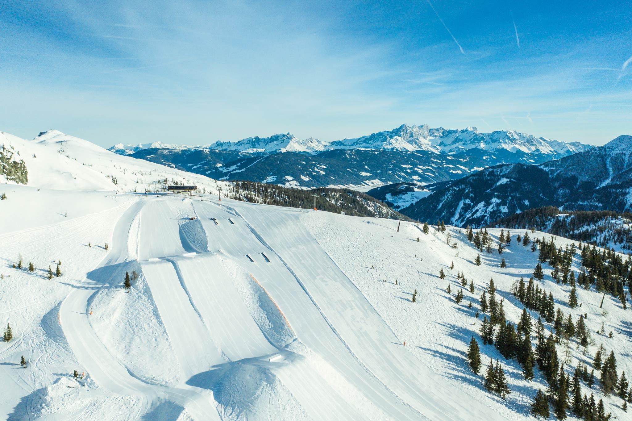 Blick auf den Start des Parks aus der Luft: links die ersten Jumps, rechts die ersten Rails - Foto: Markus Rohrbacher