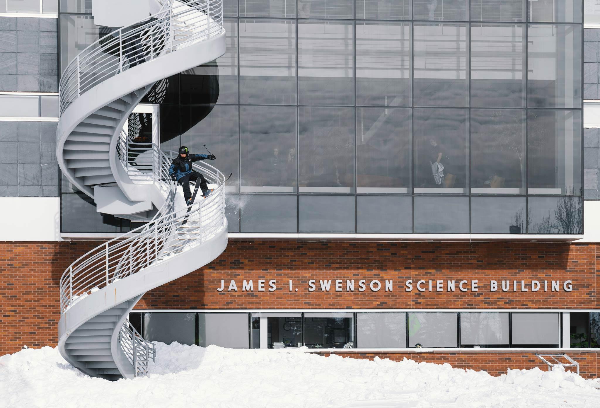 """Da werden die Studenten der University of Minnesota Duluth in der Nähe des Lake Superior (USA) nicht schlecht gestaunt haben: Tom Wallisch verwirklicht einen Traum und cleared ein """"Spiral Rail"""" - Foto: Josh Bishop"""