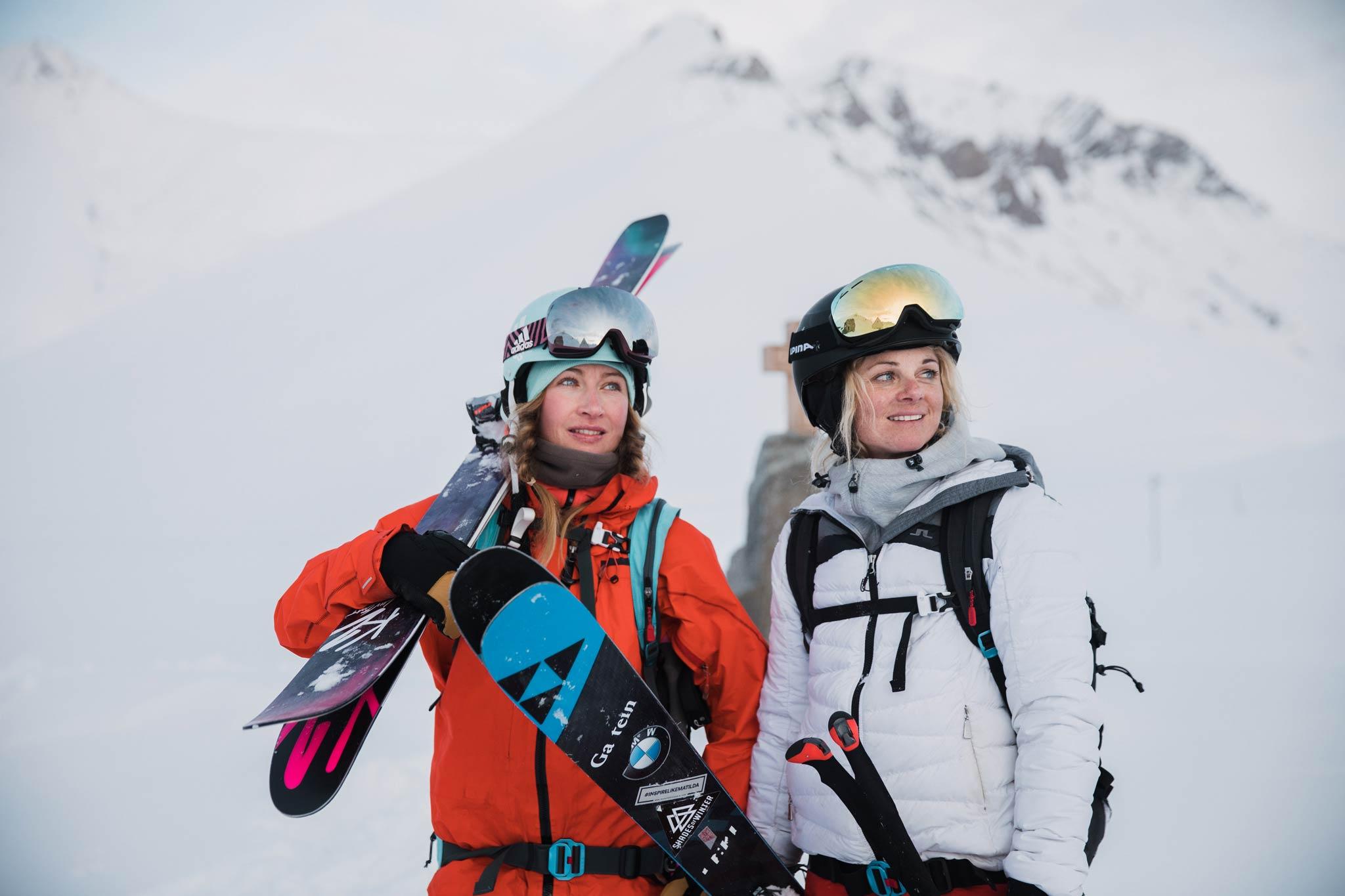Caja und Sandra sind zwei professionelle Freeskierinnen mit unterschiedlichen Hintergründen und gleichen Reiseträumen - Foto: Thomas Marzusch