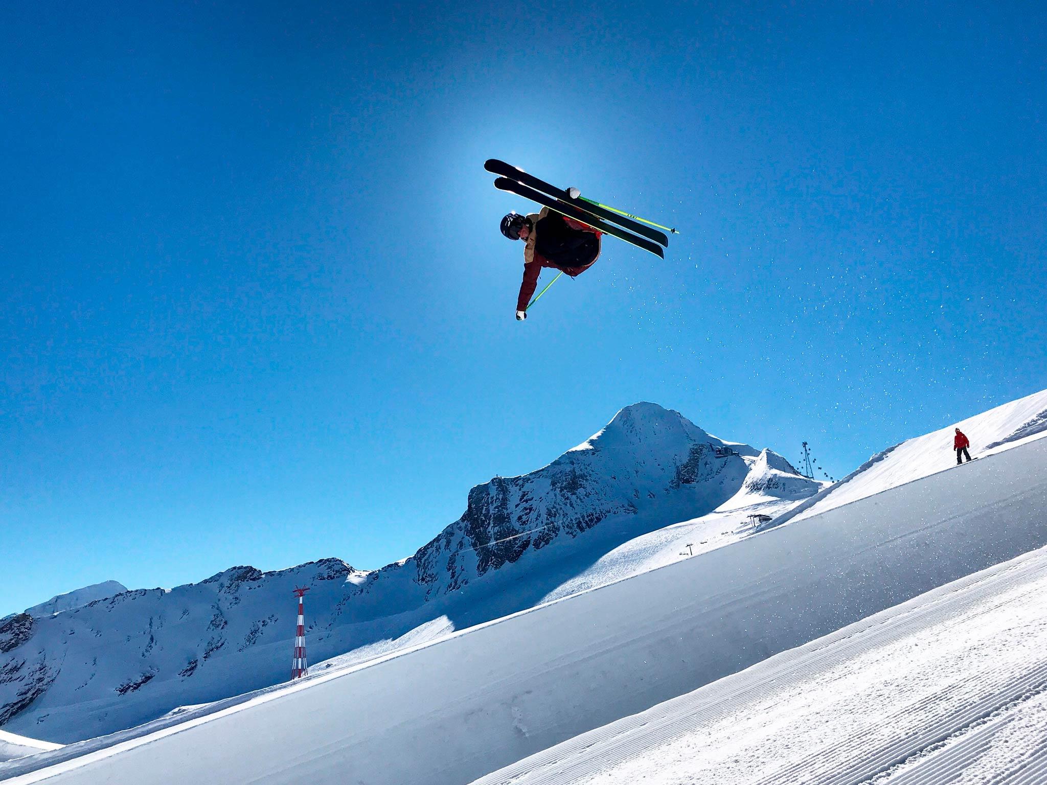 Lukas Müllauer in der 6,5 Meter hohen Superpipe am Kitzsteinhorn - Foto: Kitzsteinhorn