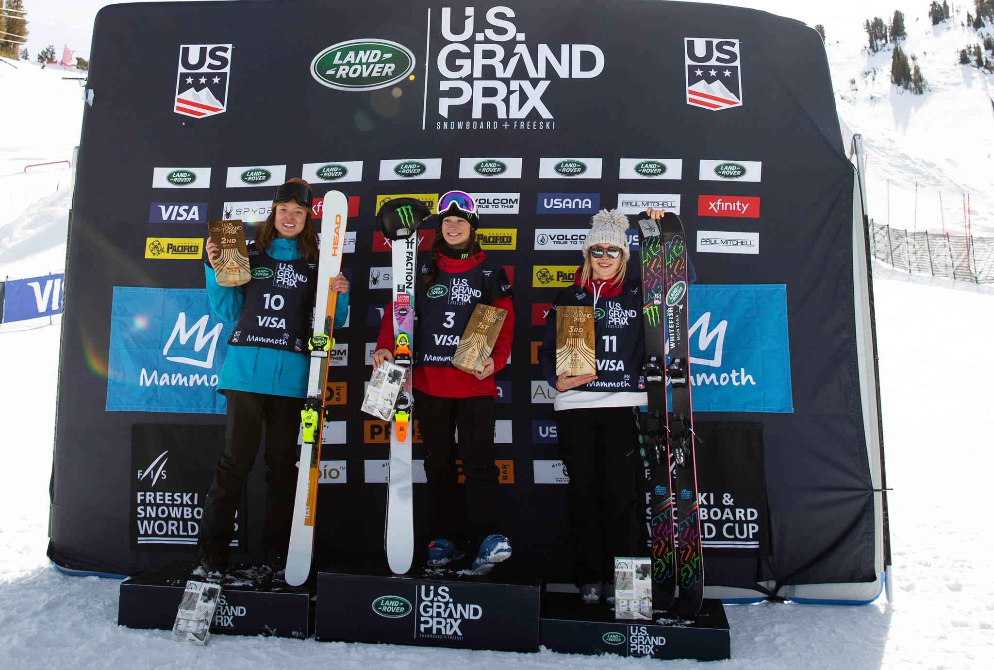 Das Podium der Frauen beim FIS Freestyle Slopestyle Contest in Mammoth Mountain 2020: Isabel Atkin (GBR), Sarah Hoefflin (SUI), Maggie Voisin (USA) - Foto: FIS Freestyle