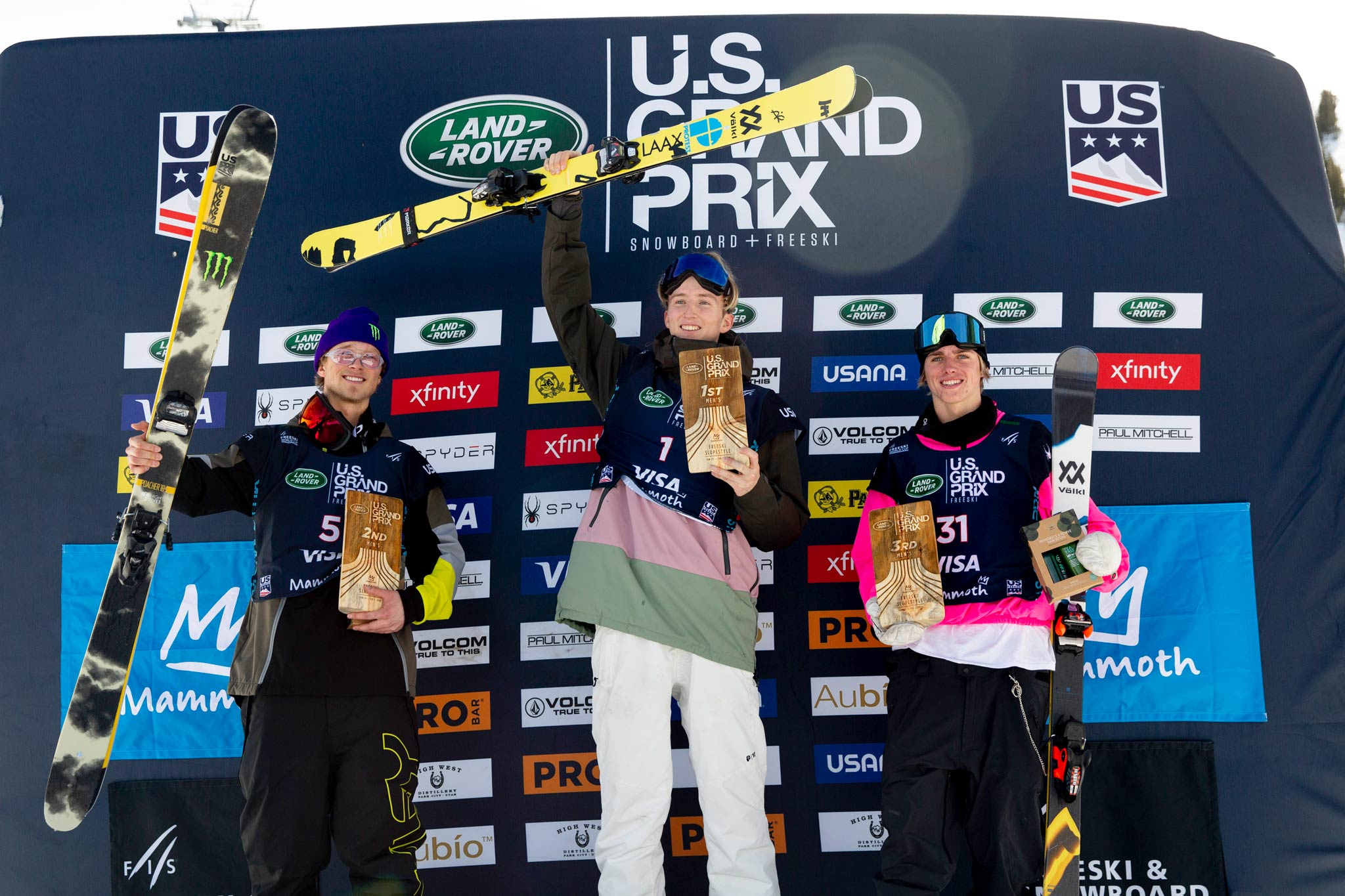 Das Podium der Männer beim FIS Freestyle Slopestyle Contest in Mammoth Mountain 2020: Colby Stevenson (USA), Andri Ragettli (SUI), Deven Fagan (USA) - Foto: FIS Freestyle