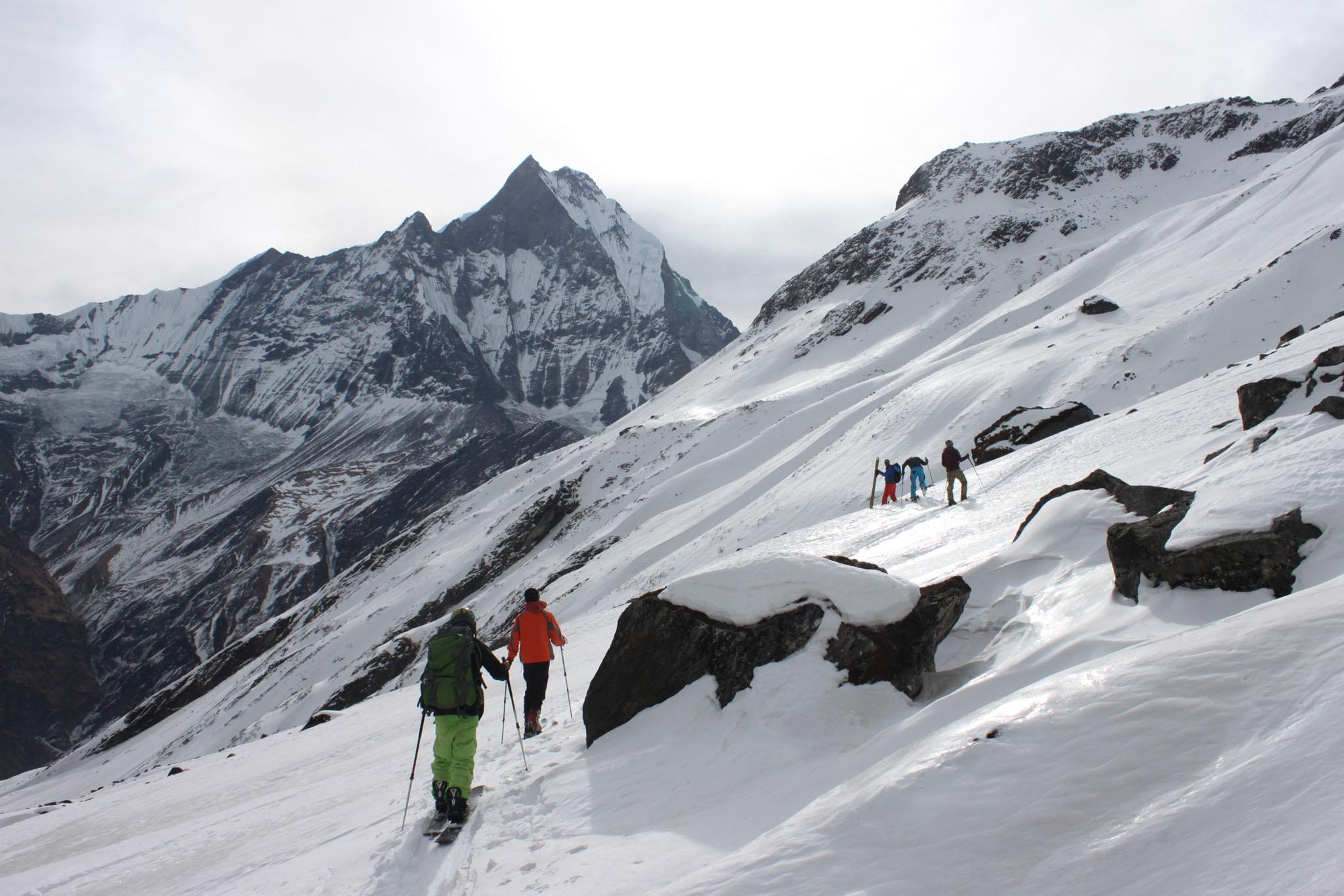 Die Skitouren beginnen auf einer Höhe von 4000m mit Blick auf die umgebenden Achttausender