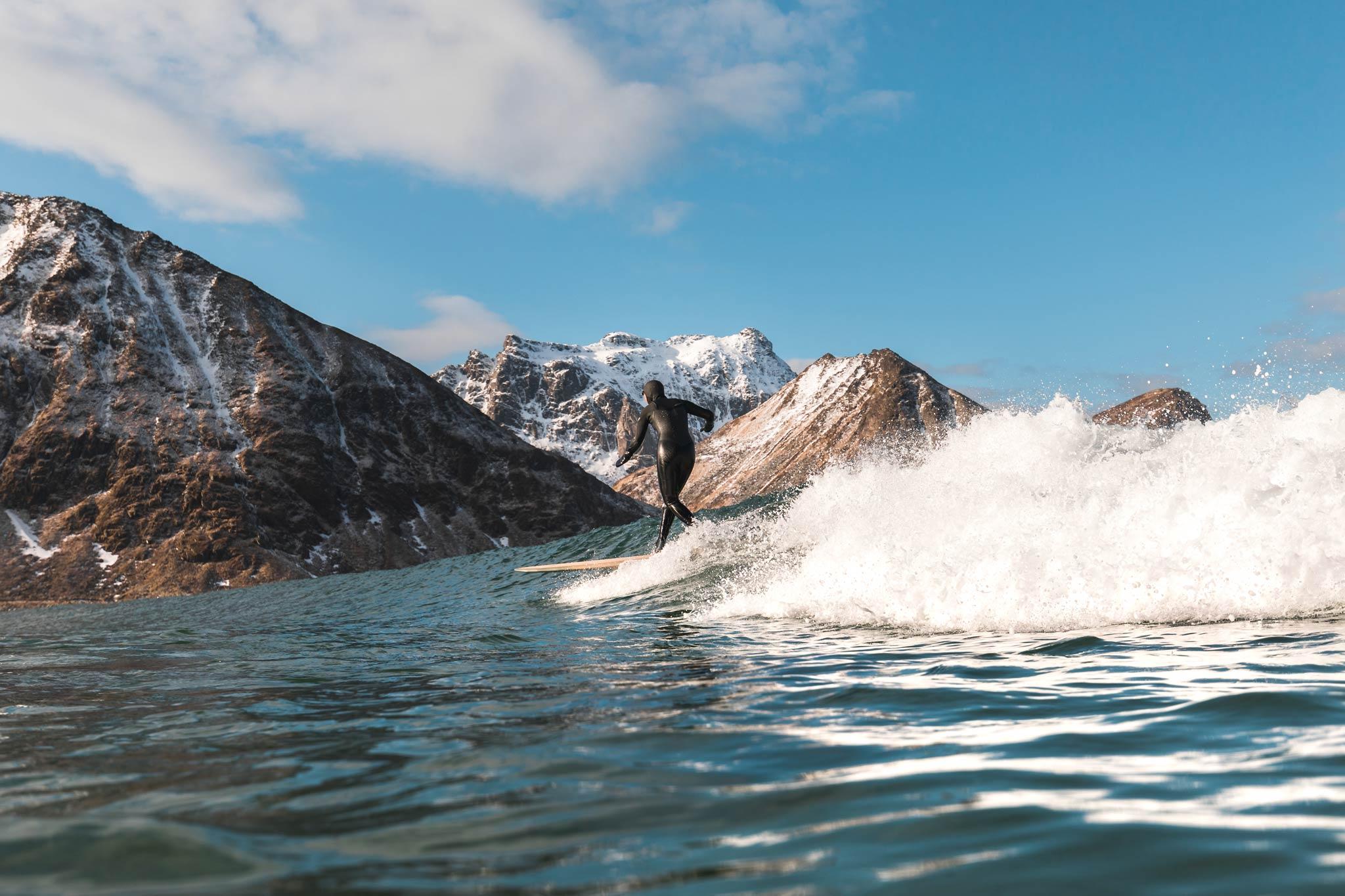 Surfen sowie Skifahren am gleichen Tag und das auch noch vor solch einer Kulisse. - Foto: Inigo Grasset