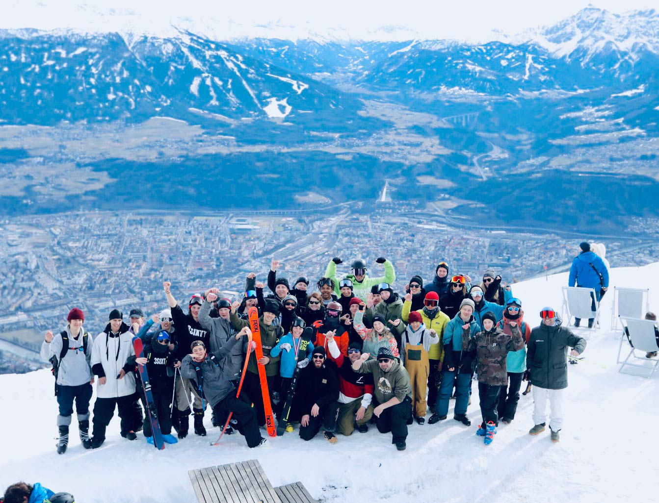 Die Crew und die Rider auf der Nordkette mit Blick auf Innsbruck. - Foto: Simon Rainer