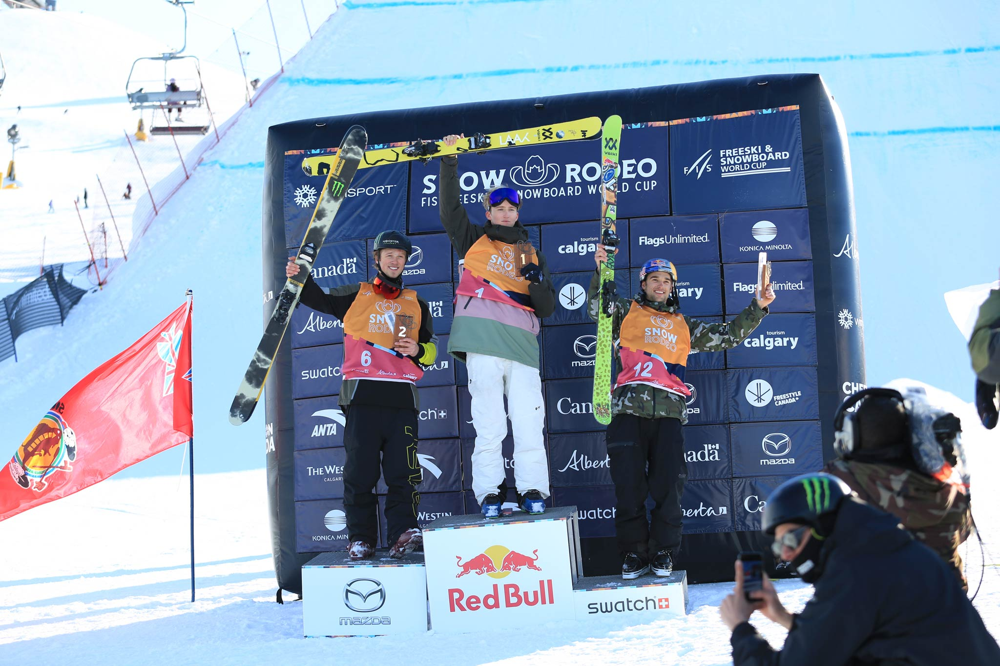 Die Top 3 Männer beim FIS Freestyle Slopestyle World Cup in Calgary, Kanada, 2020: Colby Stevenson (USA), Andri Ragettli (SUI), Nick Goepper (USA) - Foto: FIS Freestyle