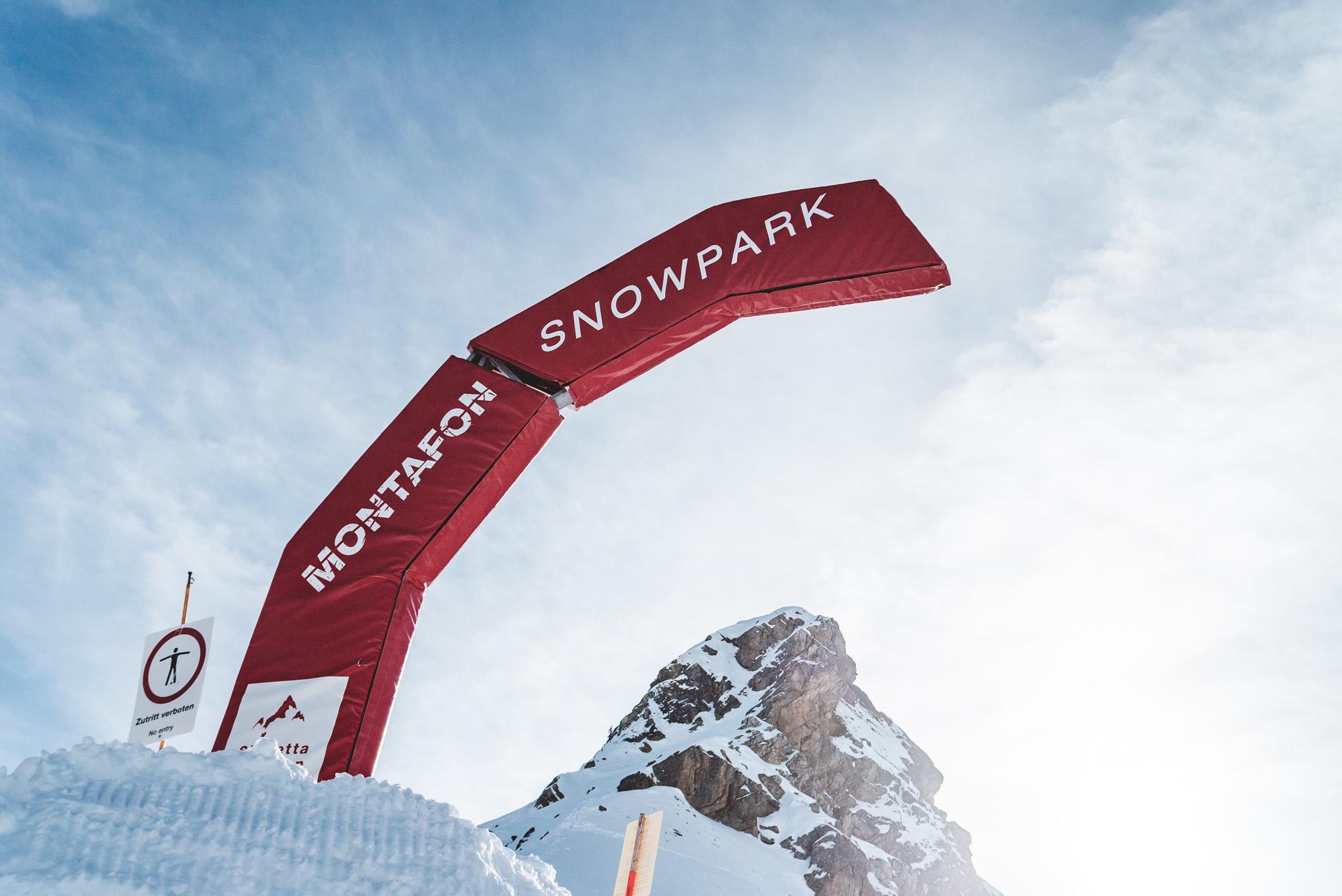 Nach dem Ausstieg aus dem 2er Sesellift findet ihr unübersehbar den Eingang zum Snowpark Montafon.