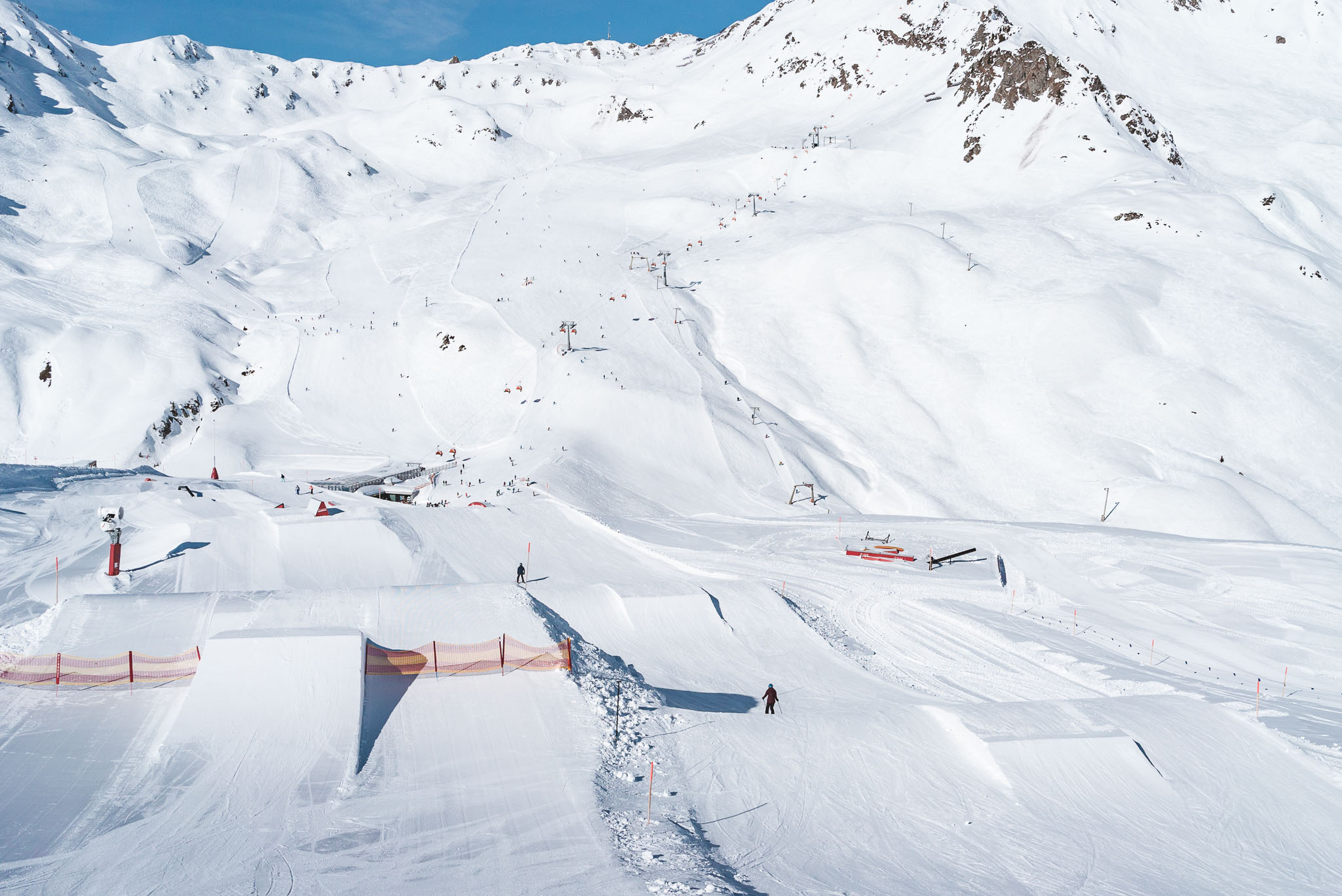 Danach folgt links der aktuell größte Jump im Snowpark Montafon, rechts weitere Easy Roller Kicker.