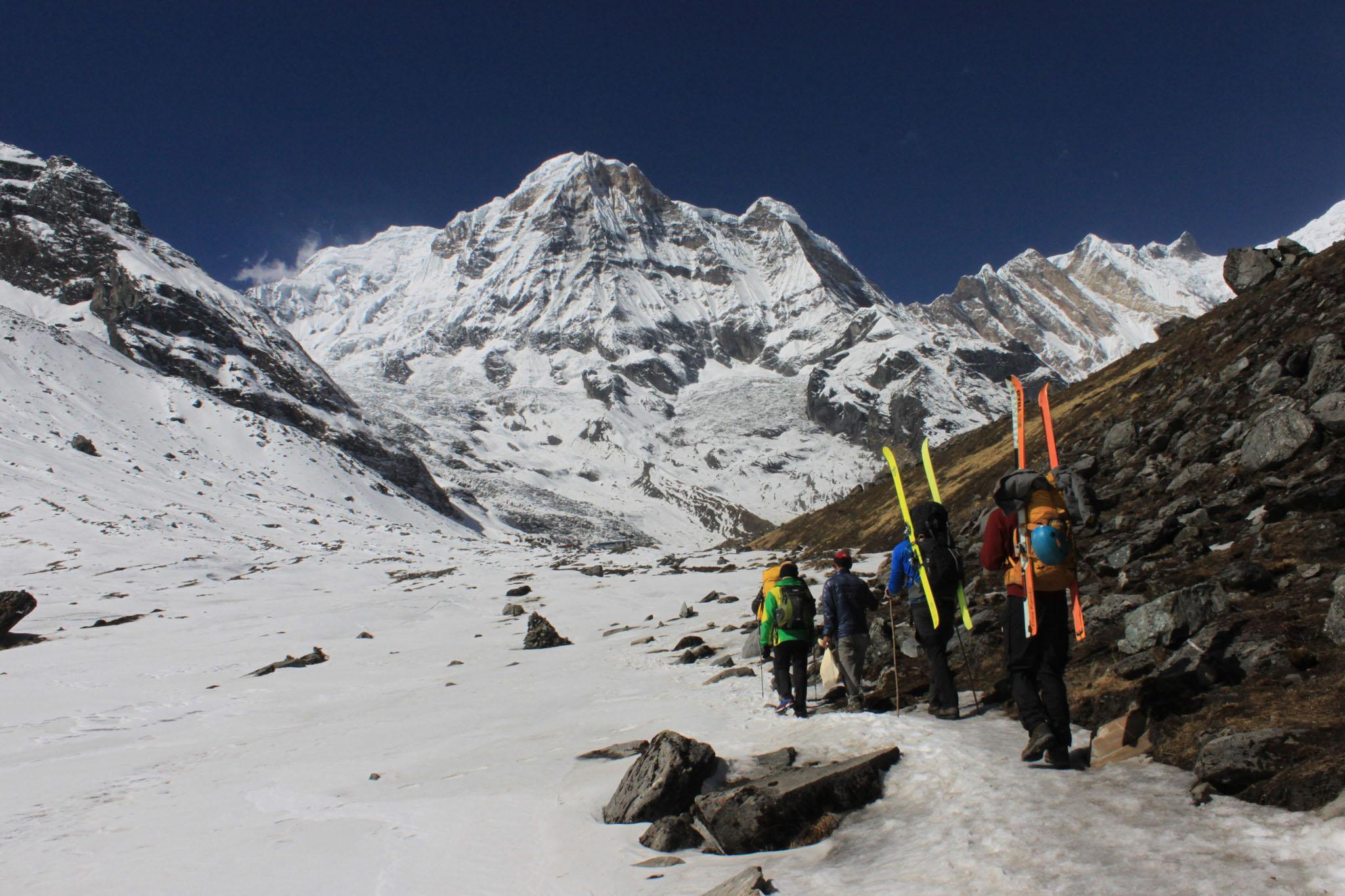 Zum Annapurna muss ein 5tägiger Trekkingaufstieg erfolgen, nach Humla bringt uns der Hubschrauber.