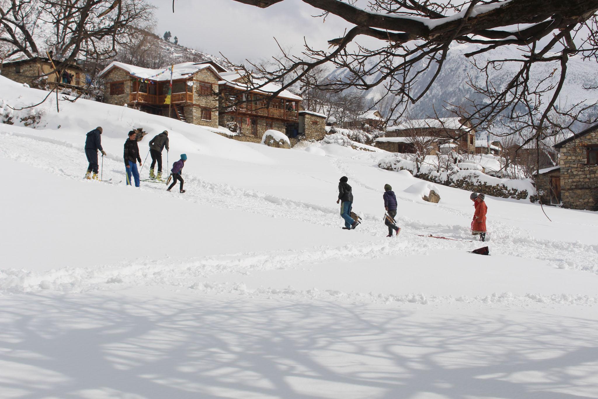 Mit selbstgebauten Schlitten und nun auch auf Ski geniessen die Nepalis in der Region Humla den Winter.