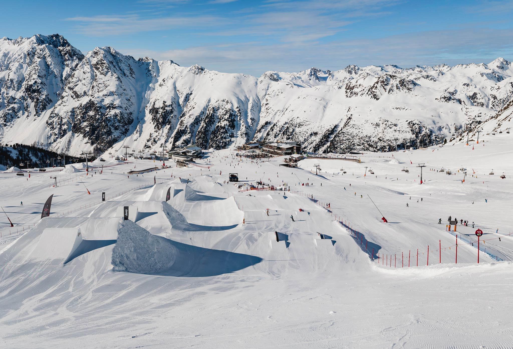 Der untere Teil des Snowpark Ischgl im Überblick: Links die Medium/Pro Kicker, rechts die Jib Line.