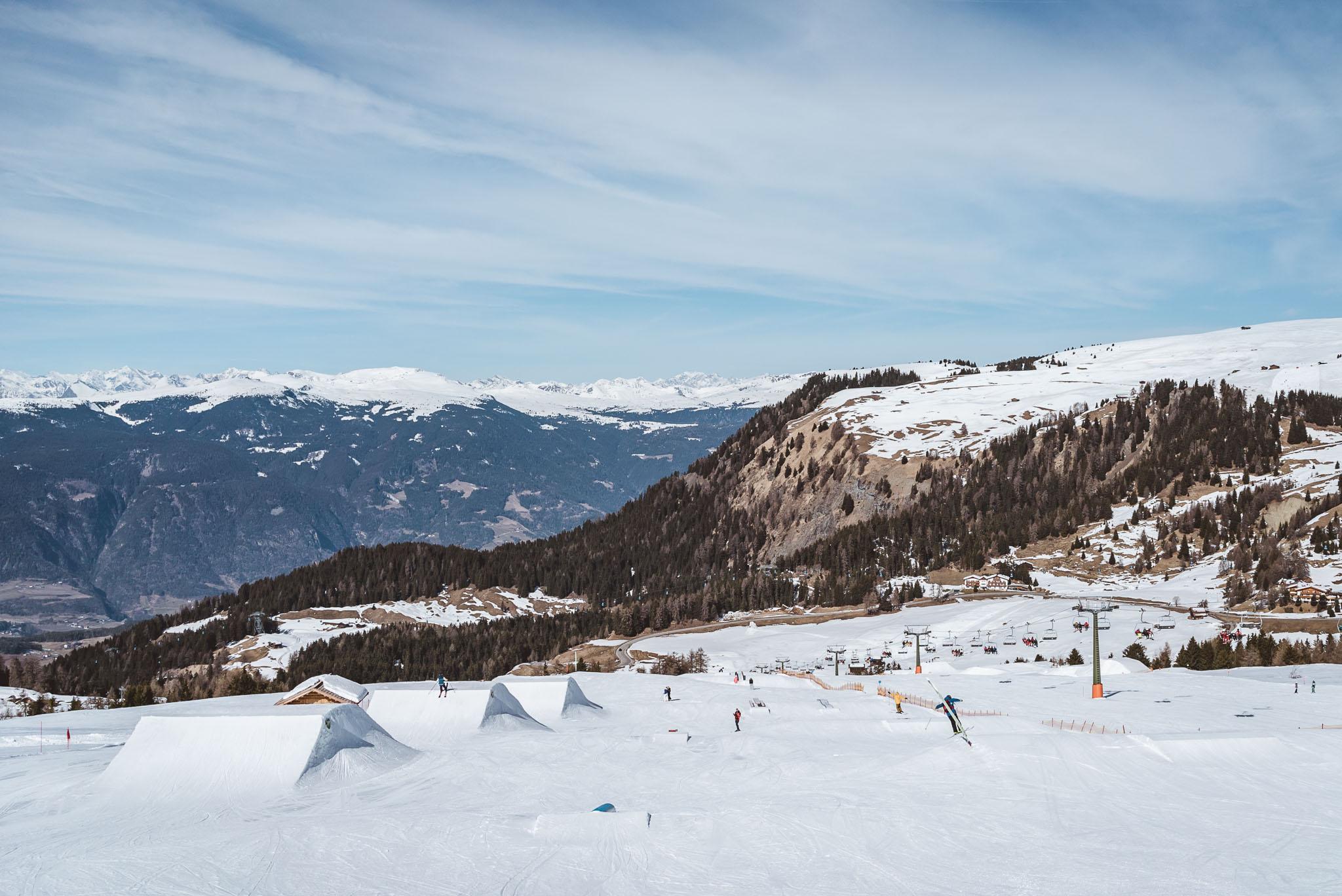 Hinter dem nächsten Hügel verbirgt sich dieses Segment des Parks: links einige Medium Jumps, rechts weitere Medium sowie Easy Obstacles.