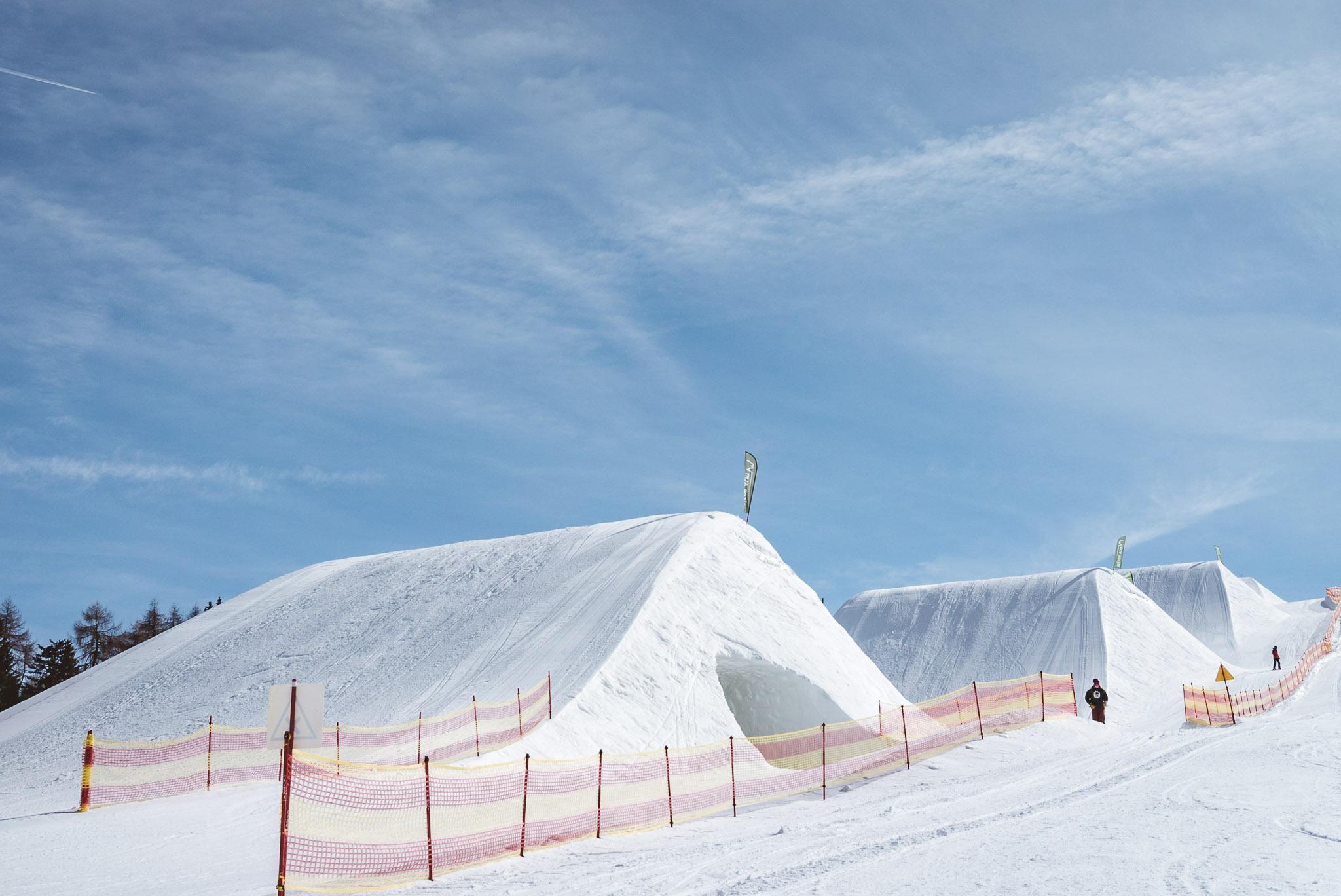 Die massiven Landungshügel im Snowpark Seiser Alm ermöglichen verschiedene Kicker Konstruktionen und absolut perfekte Landungen - einer der besten Jump Lines der Alpen!