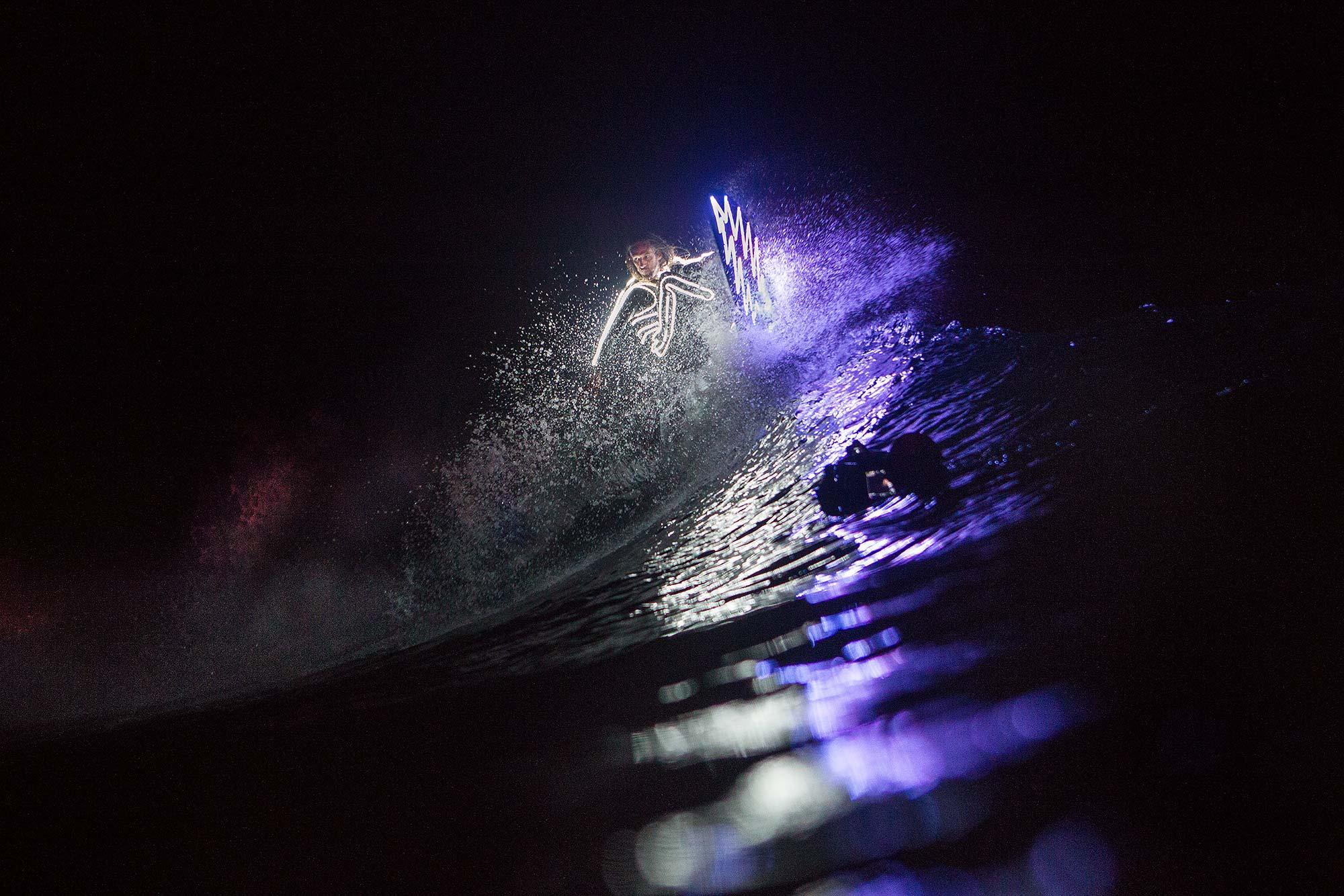 """Zusammen mit Rob Machado filmte Chris Benchetler für """"Fire on the Mountain"""" auch Surf-Szenen in Indonesien bei Nacht. - Foto: Aaron Blatt"""