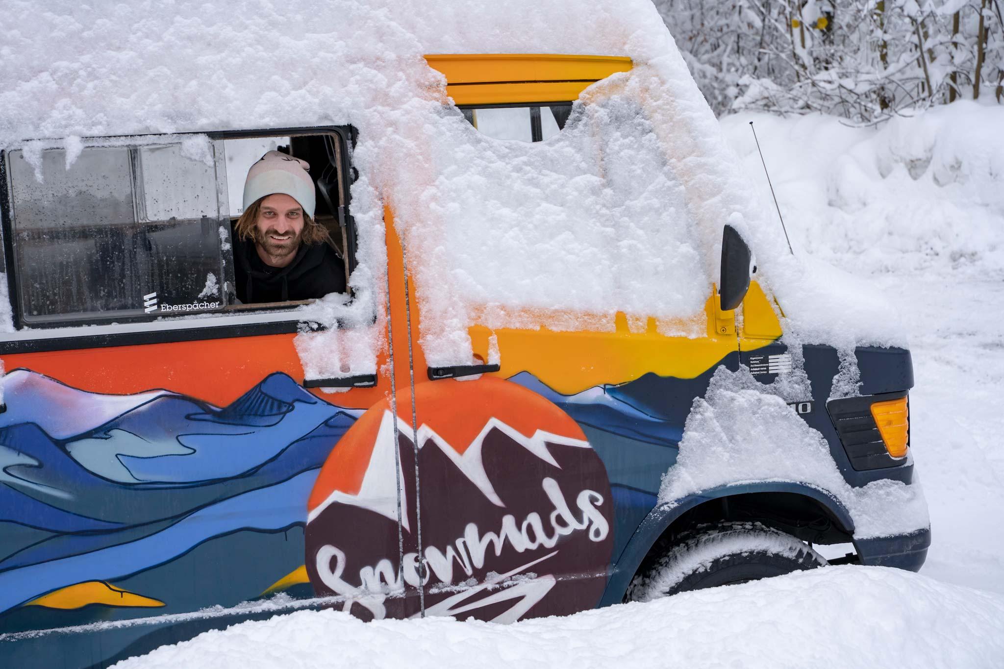 Markus Ascher in seinem Snowmad Van während einem der besten Winter in Österreich. - Foto: Eliza Chohadzieva