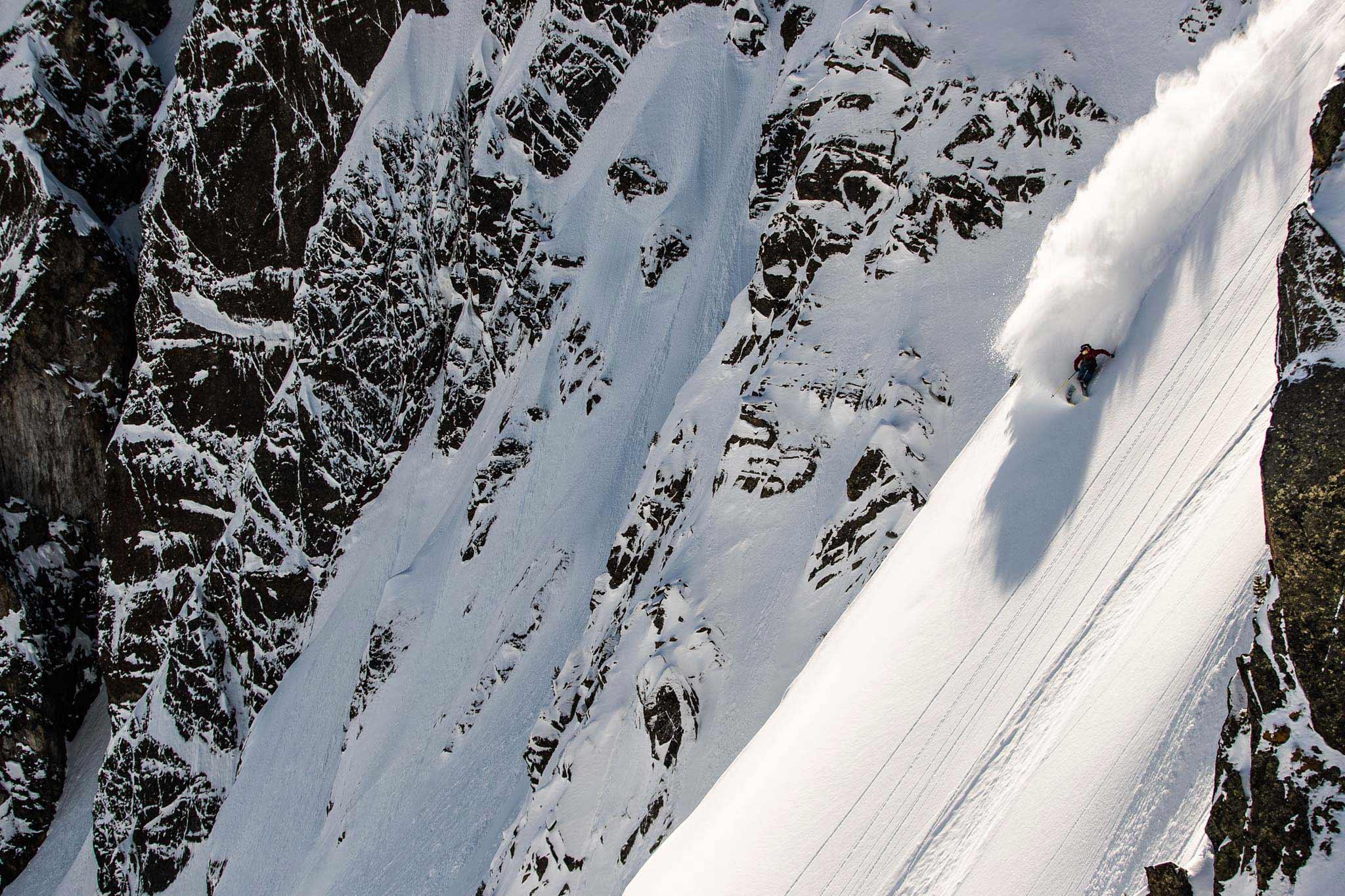 Die Snowmads-Crew ist immer auf der Suche nach unverspurten Hängen und dem besten Powder. - Rider: Fabi Lentsch - Foto: Flo Breitenberger