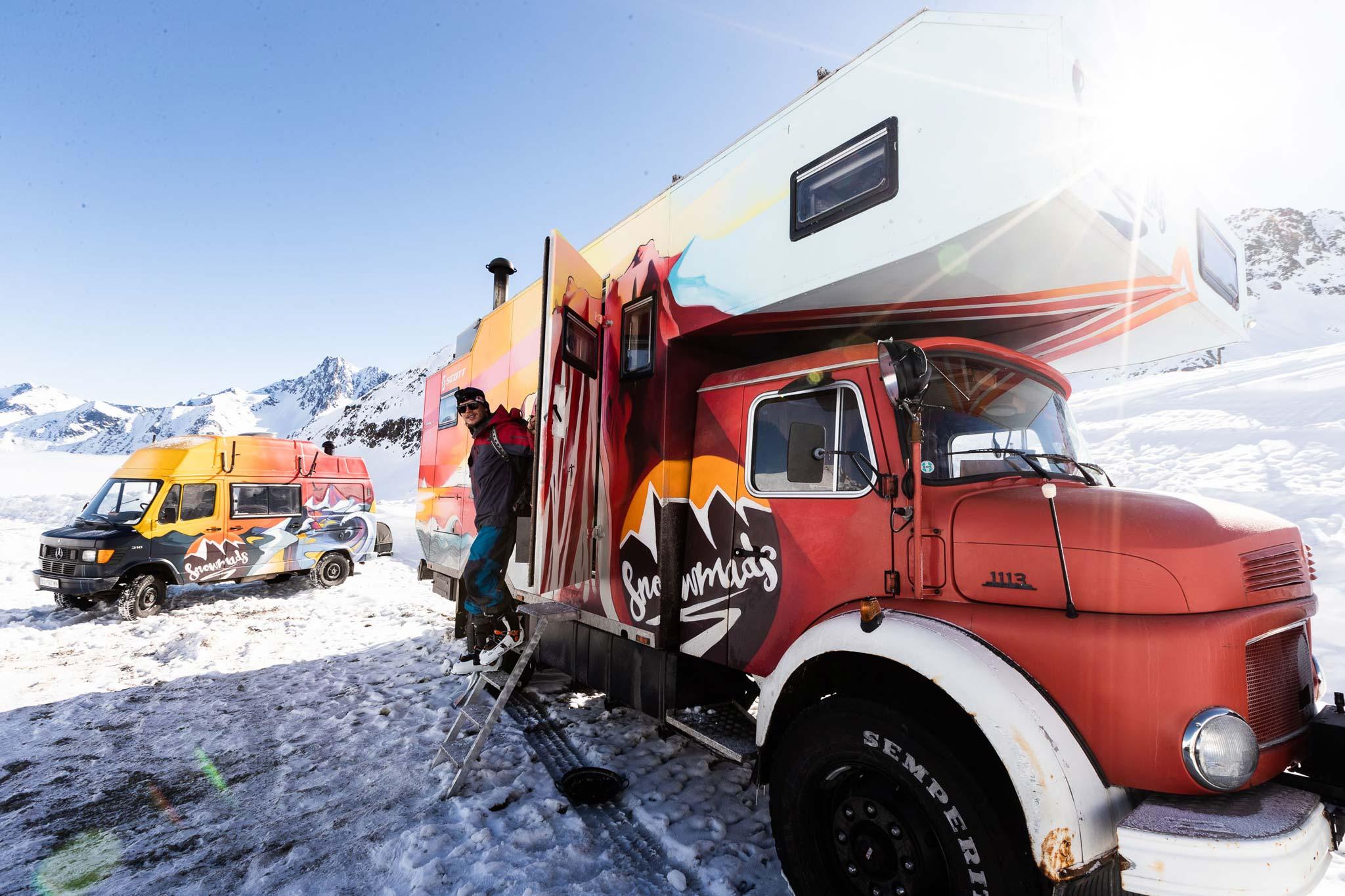 Neben dem weltweit bekannten Snowmads Truck hat auch Markus Ascher einen eigenen Van (links) im Snowmads-Style - Foto: Flo Breitenberger