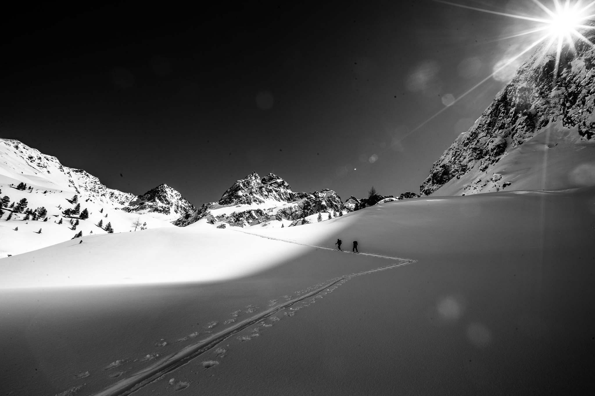 Einen Winter lang war die Snowmads Crew ausschließlich in den Alpen unterwegs. Direkt vom Truck aus startete die Crew ihre Touren auf bekannte und neue Gipfel in ihrer Heimat.  Foto: Flo Breitenberger