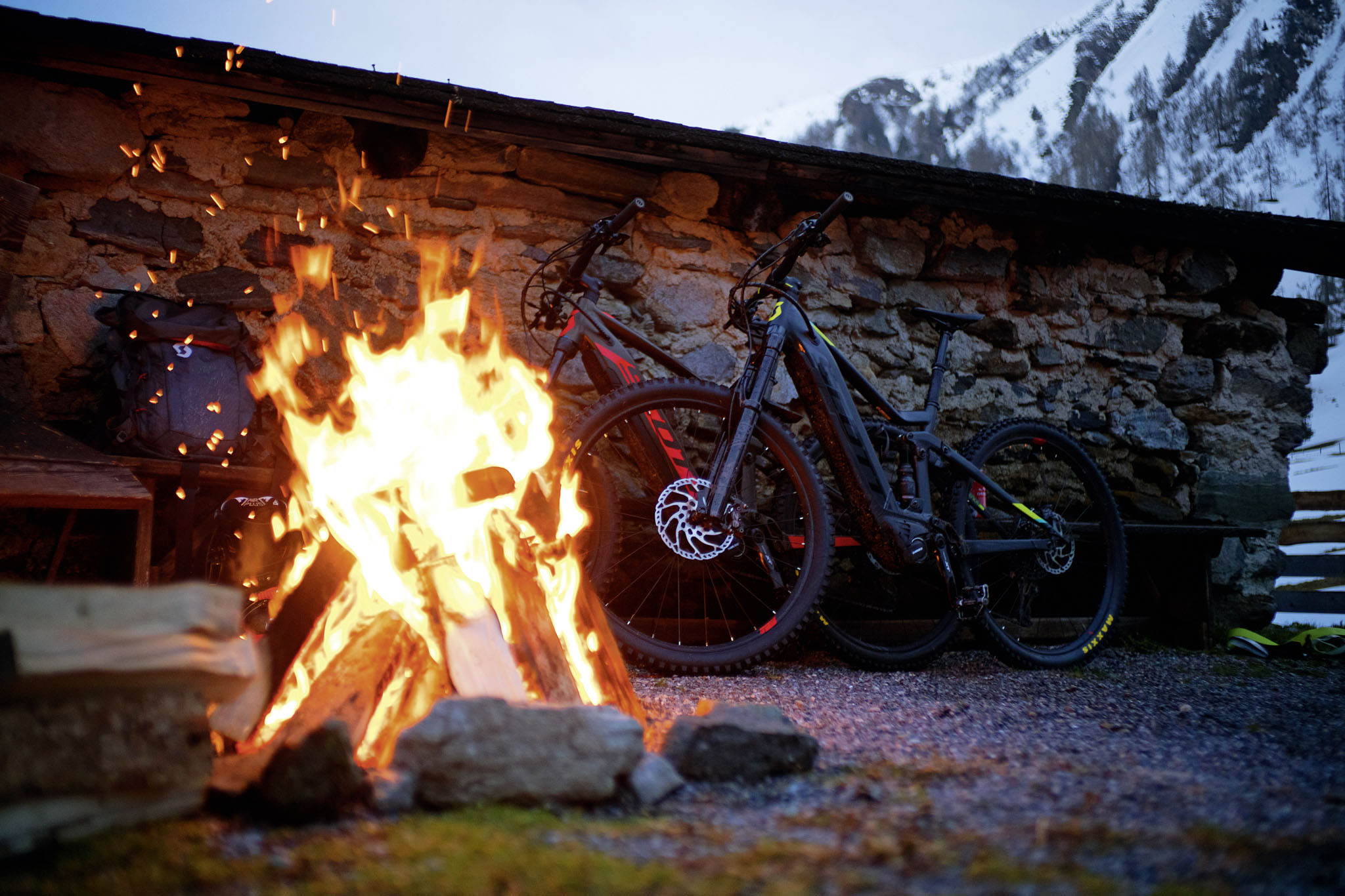 """Die beiden """"Scott e-Genius"""" Bikes, mit denen Roman & Philipp unterwegs waren. - Foto: Roman Lachner"""