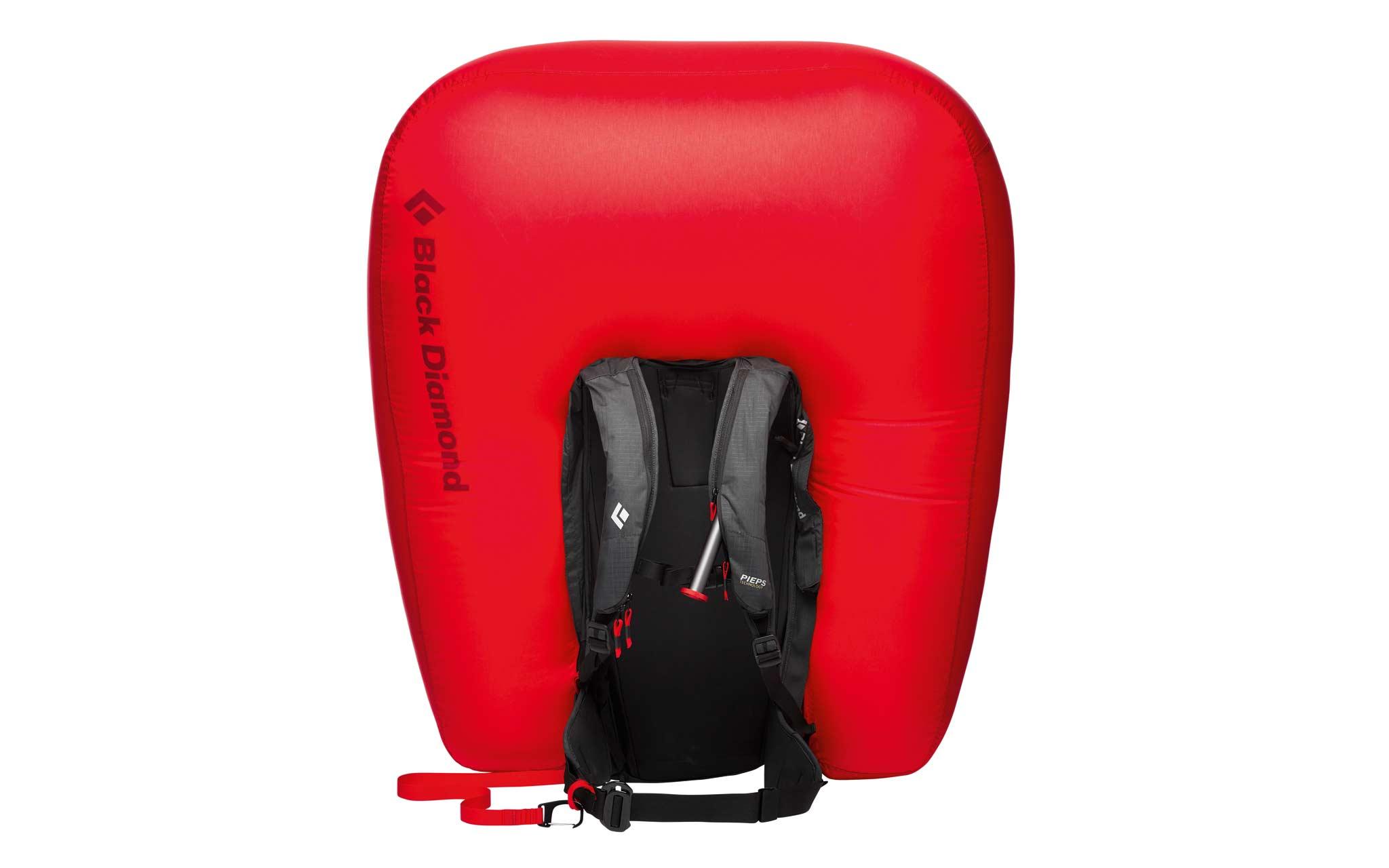 """Black Diamond """"Jetforce Pro 25L"""" 2021 Lawinenrucksack: Mit der Halterung für Eisgeräte und dem verstaubaren Skibefestigungssystem kann der Airbag selbst dann auslösen, wenn Ski am Rucksack angebracht sind."""